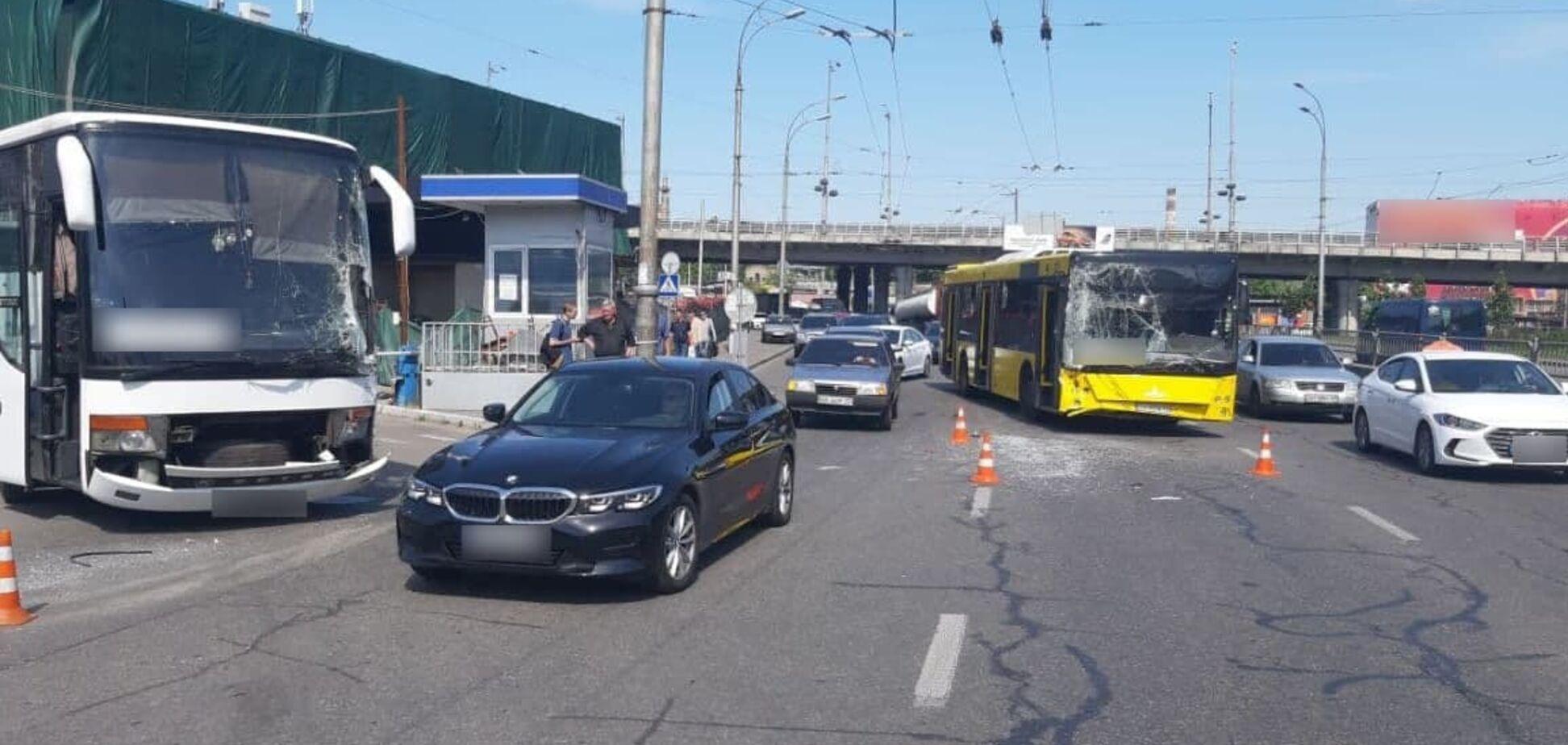 На Деміївській площі в Києві зіткнулися два автобуси: є постраждалі