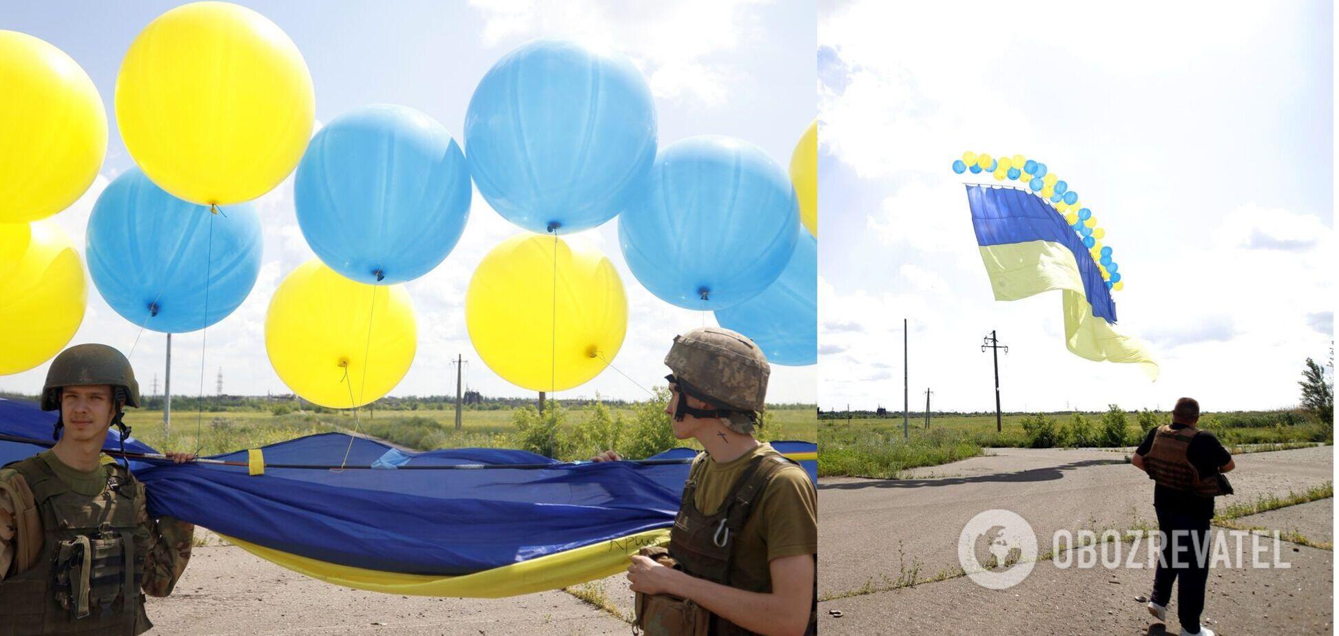 Українські військові запустили прапор у небо над окупованим Донбасом