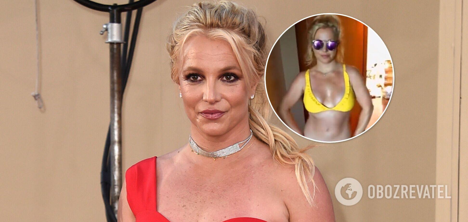 39-летняя Бритни Спирс покрасовалась фигурой в ярких купальниках. Видео