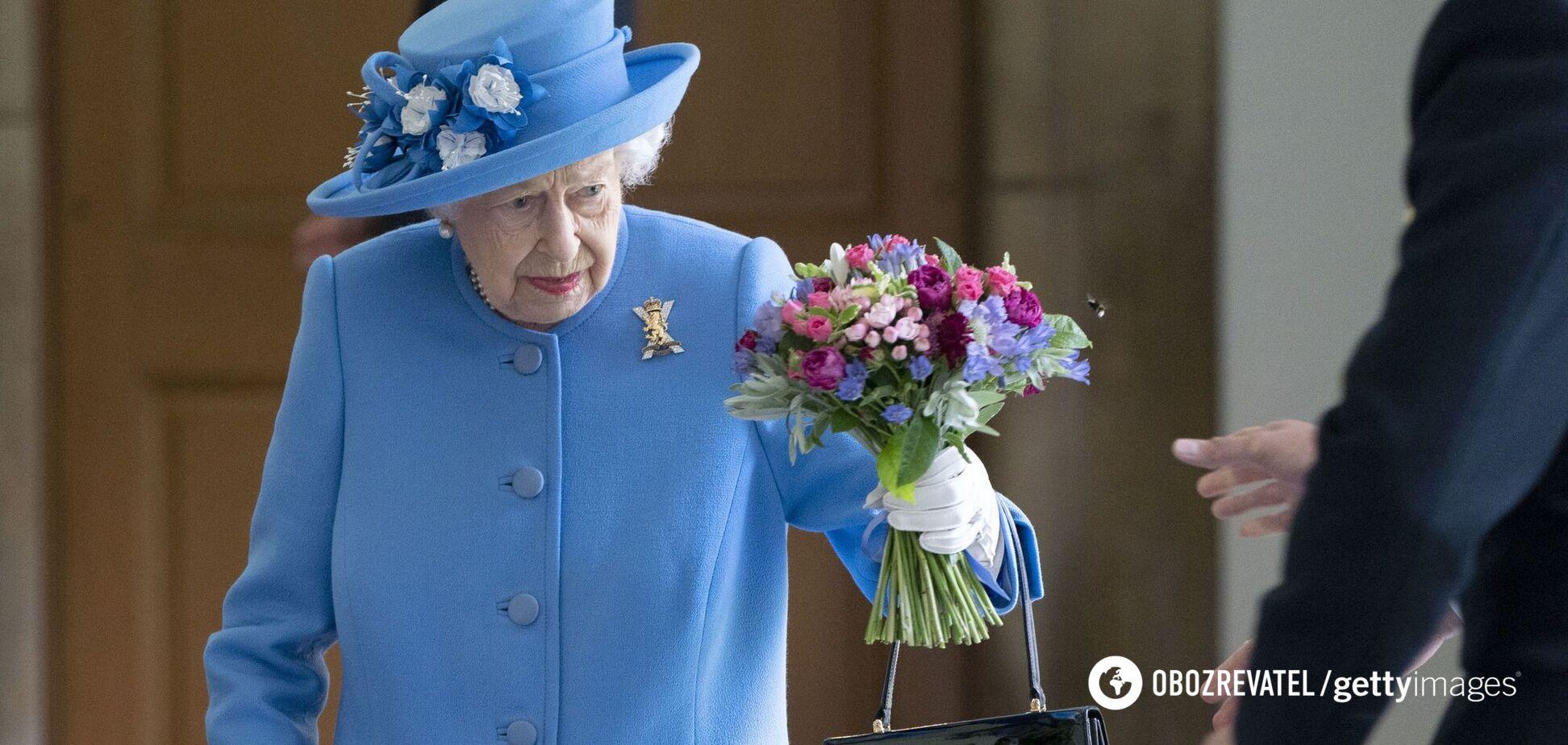 Єлизавета II прийшла на зустріч у яскраво-синьому пальті. Фото