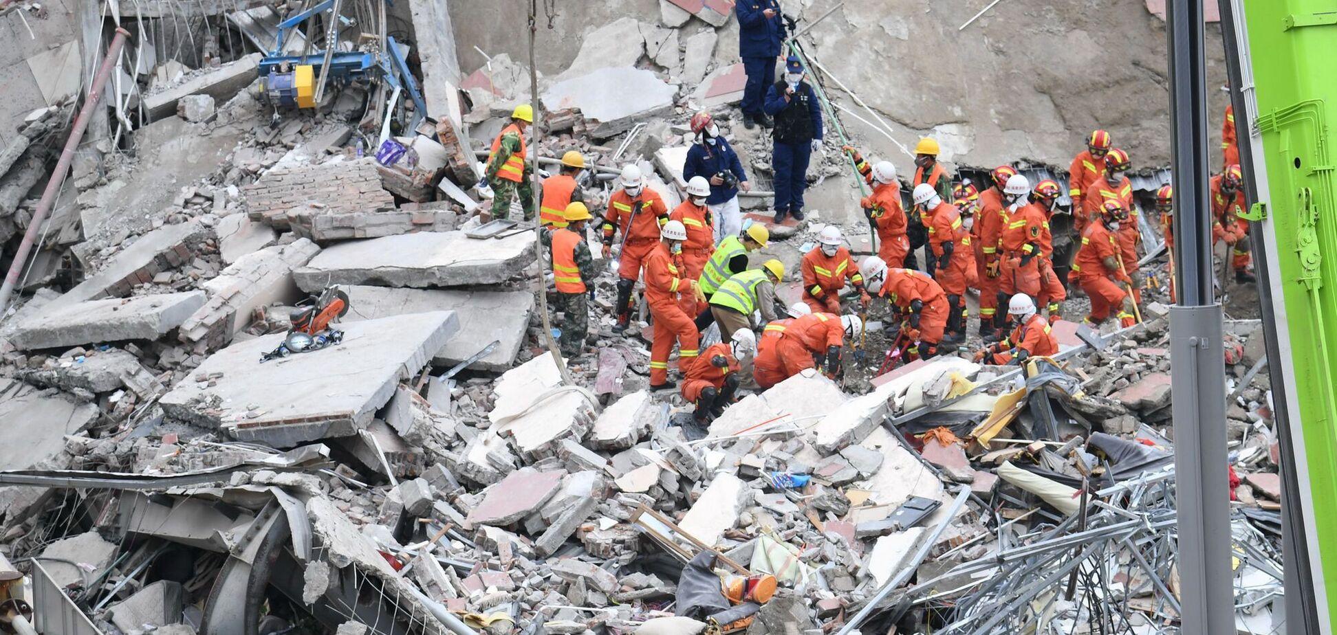 У Китаї обвалилася будівля готелю, під завалами люди. Відео