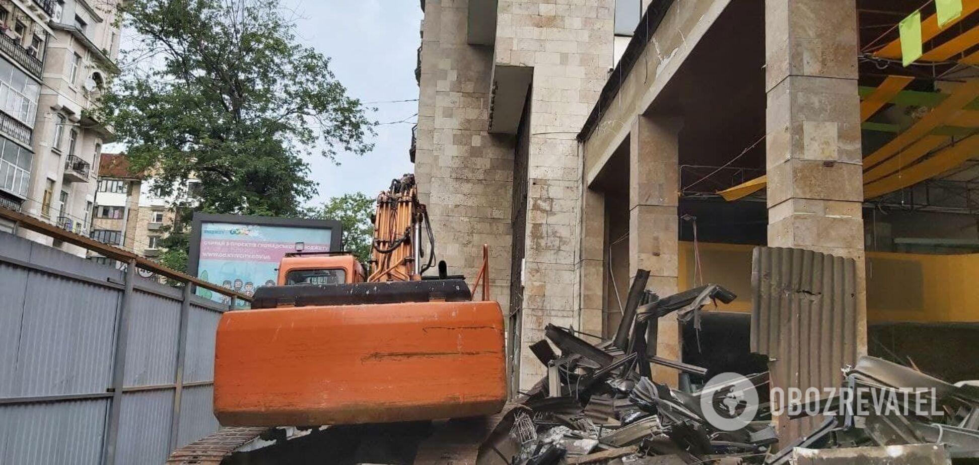 У Києві почали зносити будівлю 'Квіти України'. Активісти зупинили екскаватор