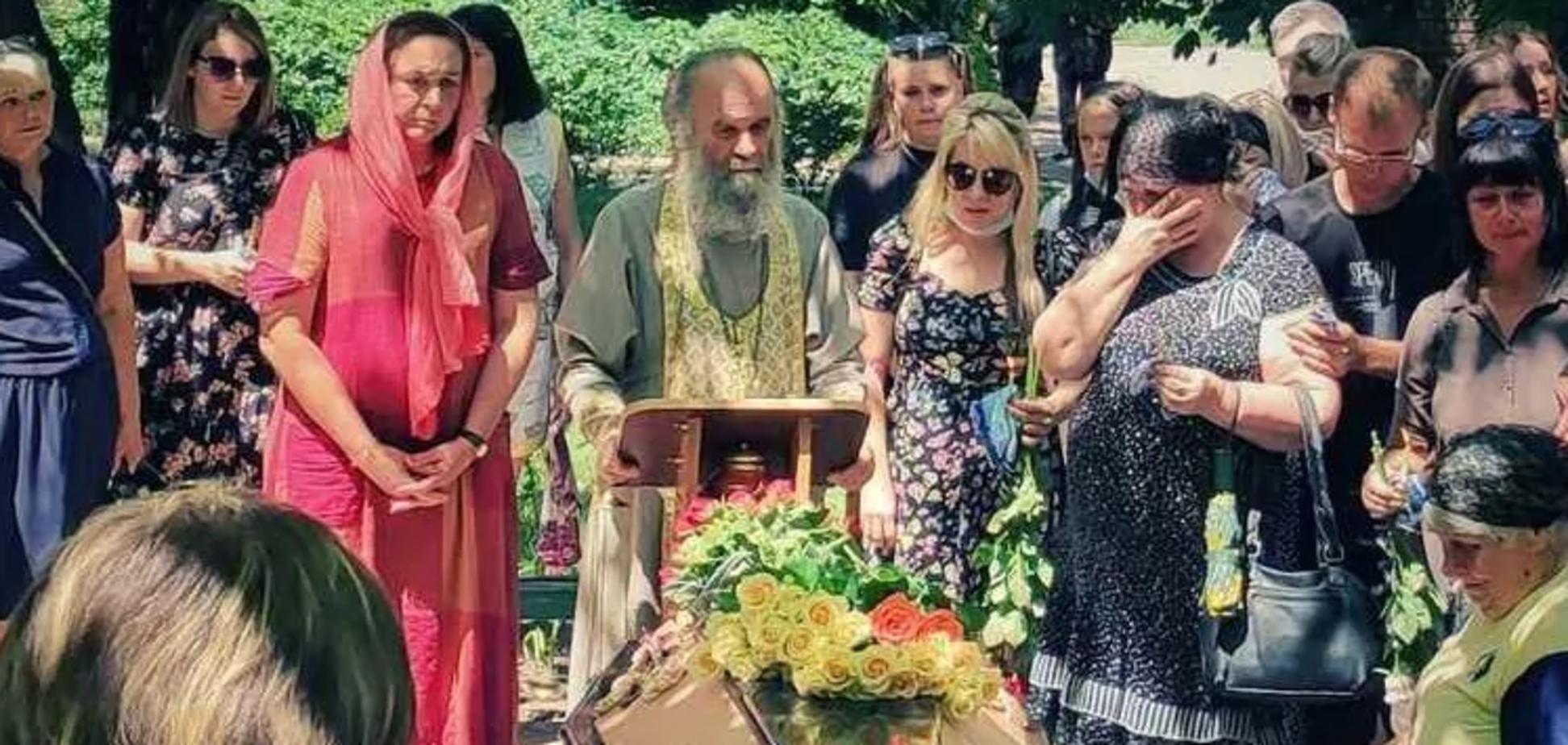 В Никополе похоронили 15-летнюю Настю Карнаух, которую убил ровесник месяц назад. Фото