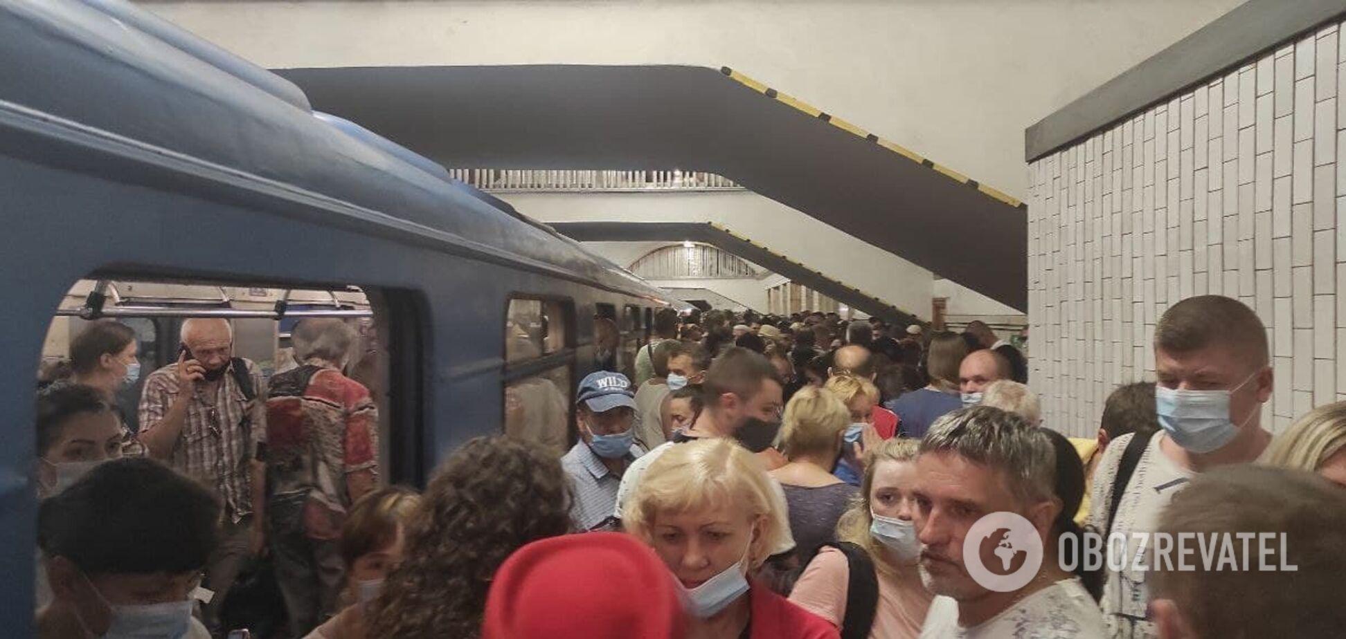 В метро Киева человек погиб под колесами поезда. Фото