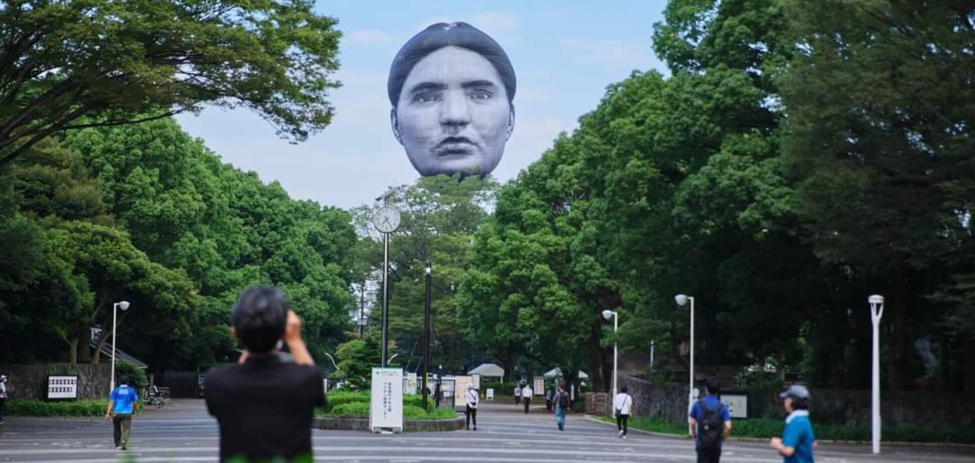 Японців налякала гігантська голова в парку. Фото