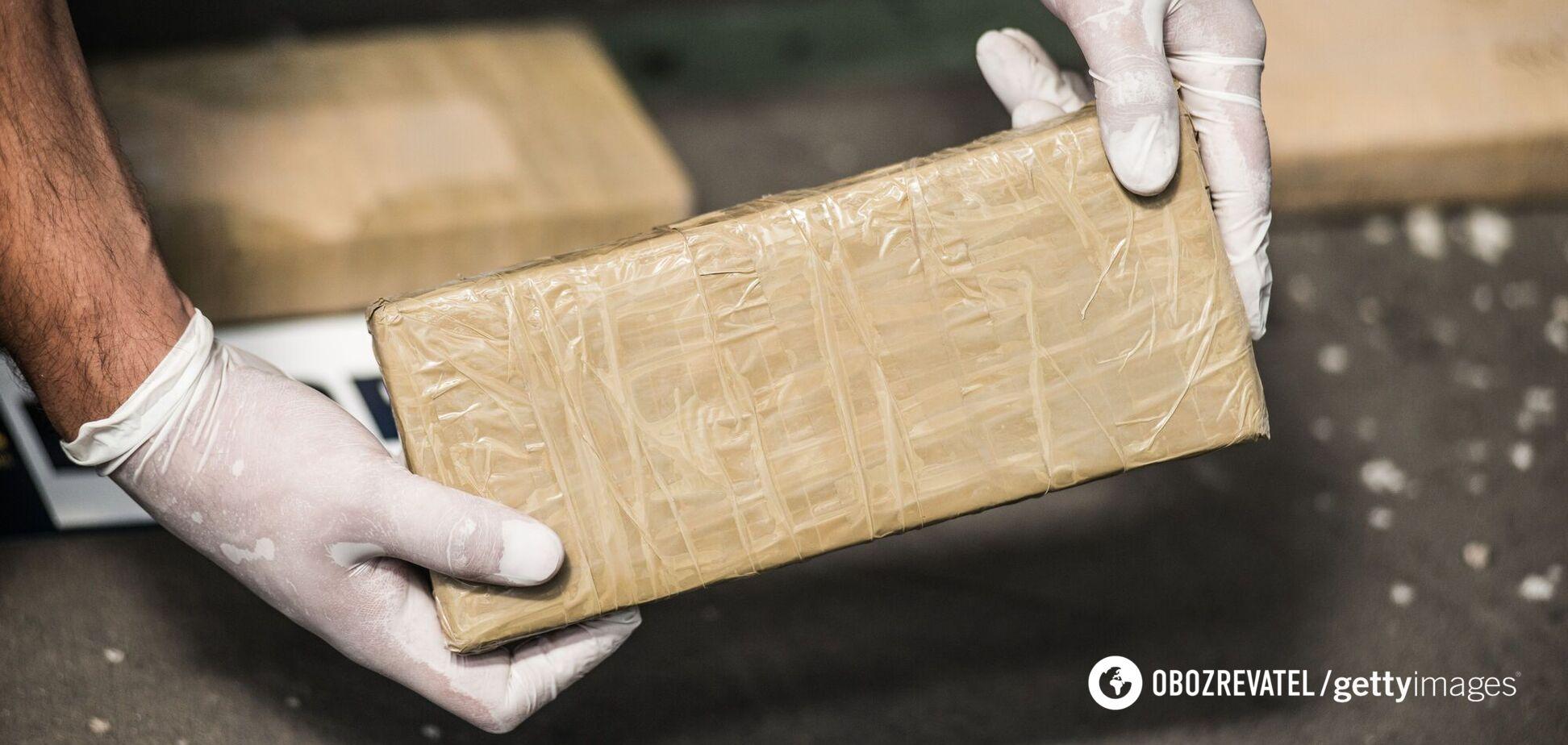 На будинок італійців впала валіза з наркотиками з літака