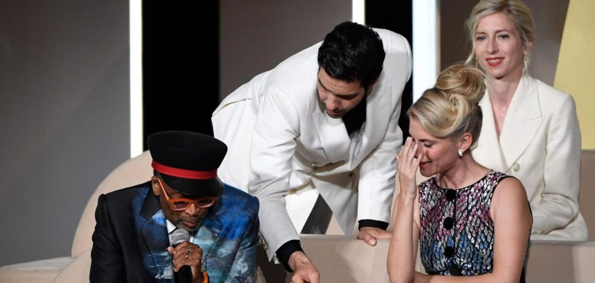 Глава жюри Каннского фестиваля оконфузился во время оглашения победителей. Видео