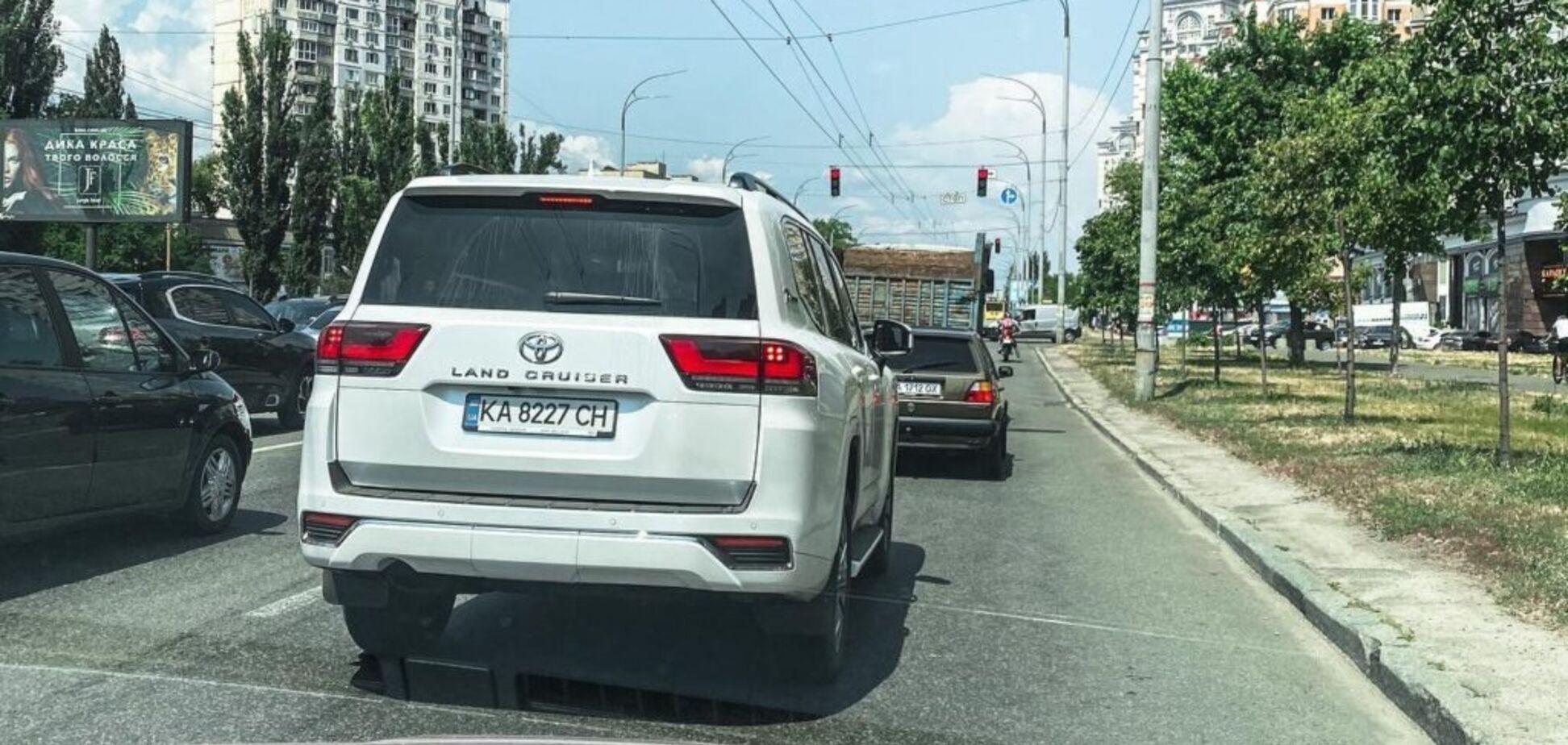 У Києві помітили новітній Toyota Land Cruiser 300