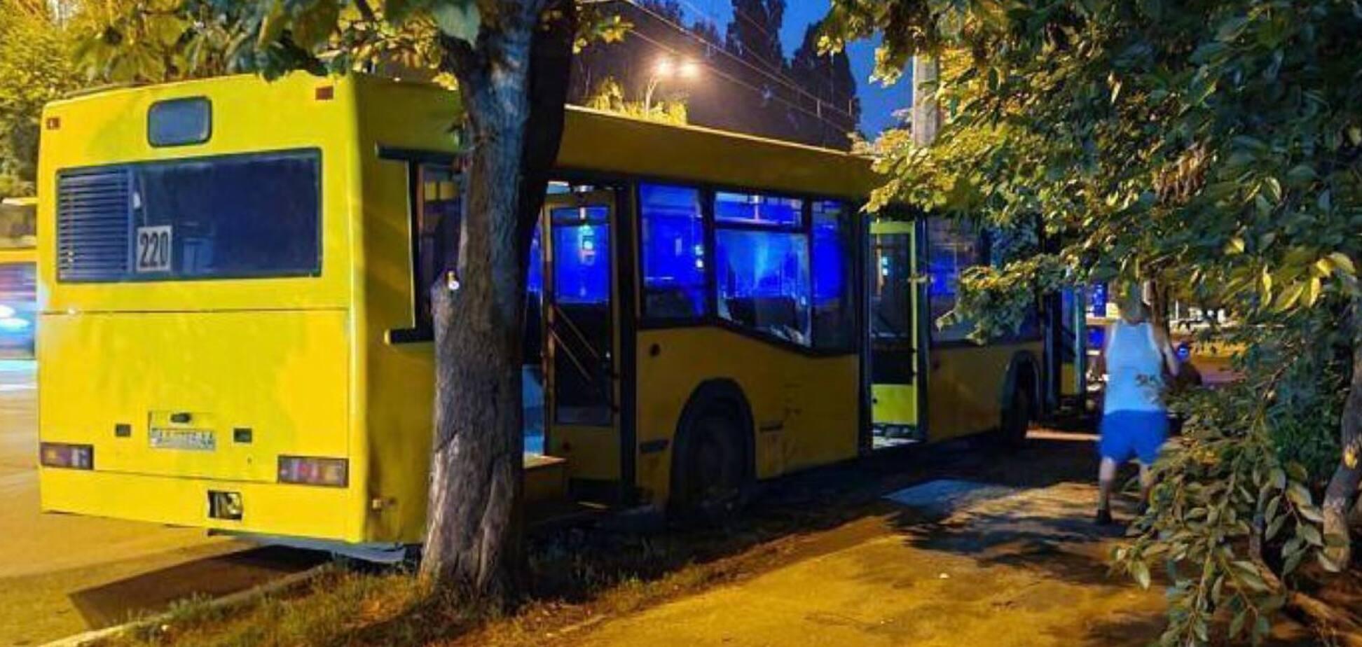 У Києві водій пішов за кавою, а його автобус сам влетів в BMW. Фото
