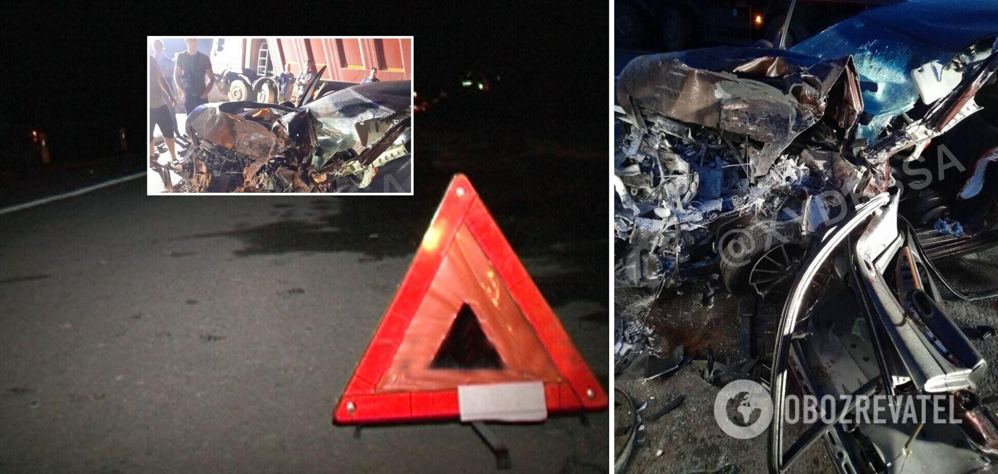 Під Одесою водій Nissan заснув за кермом і влетів під фуру. Фото і відео