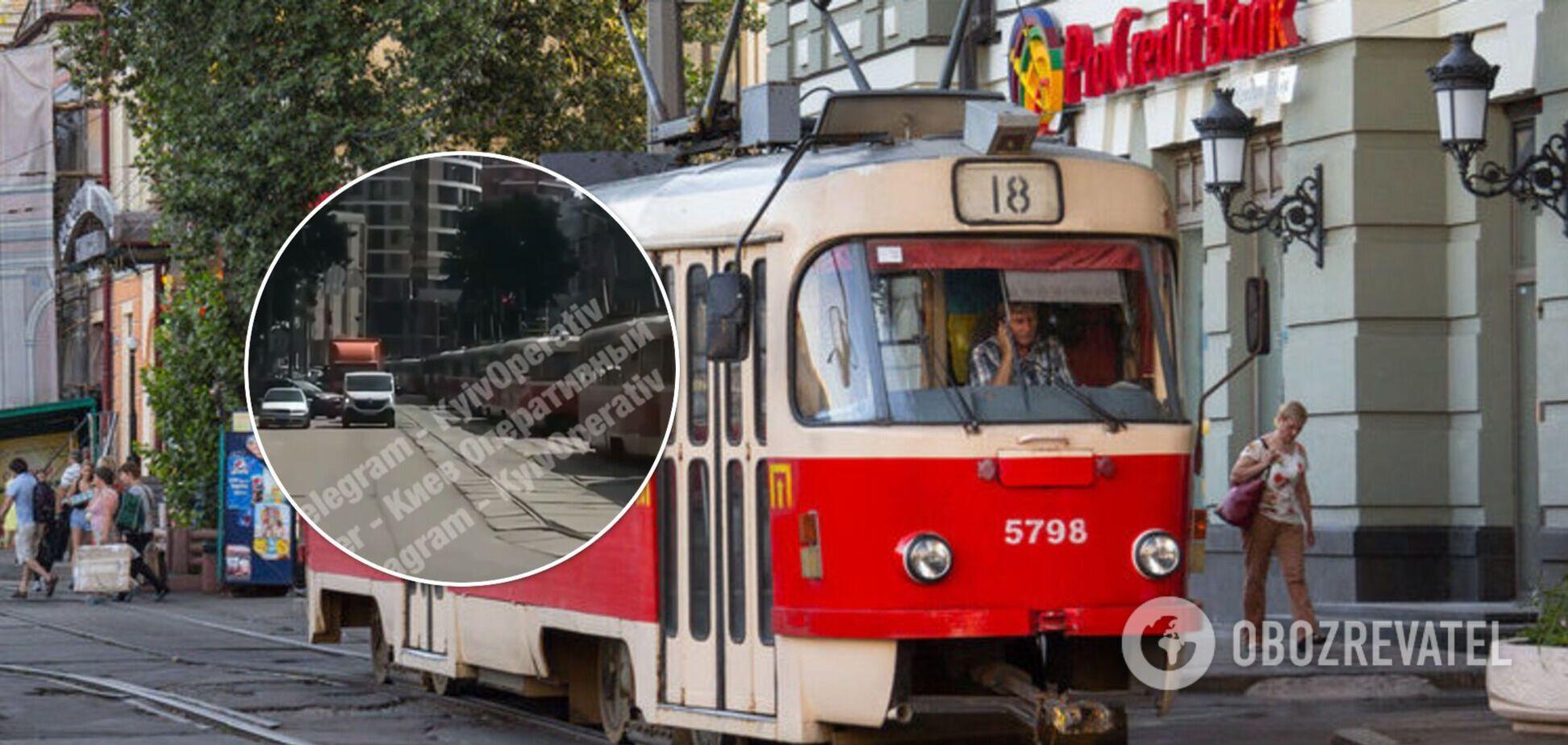 В центре Киева из-за ДТП парализовало движение трамваев. Видео