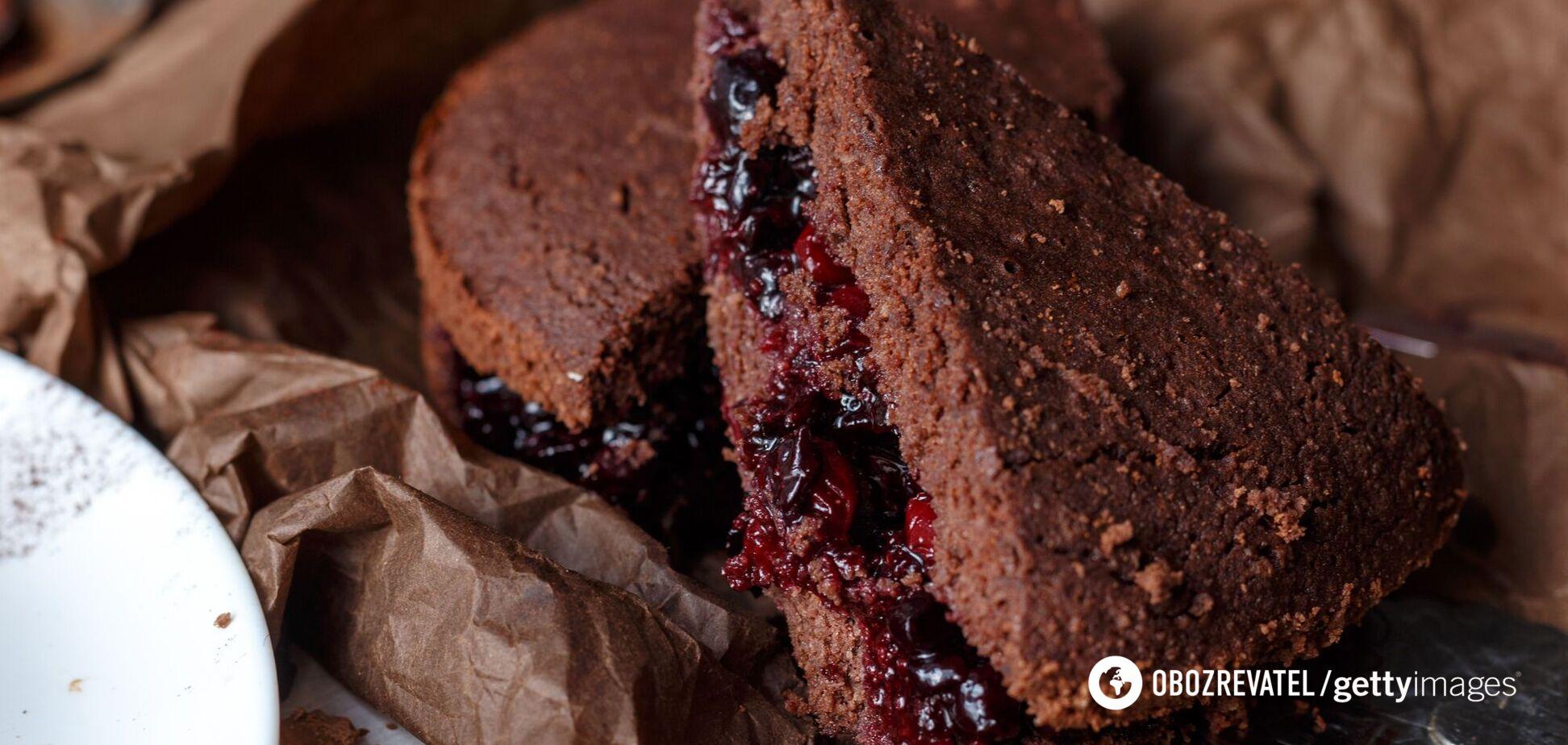 Шоколадний торт із вишневою начинкою