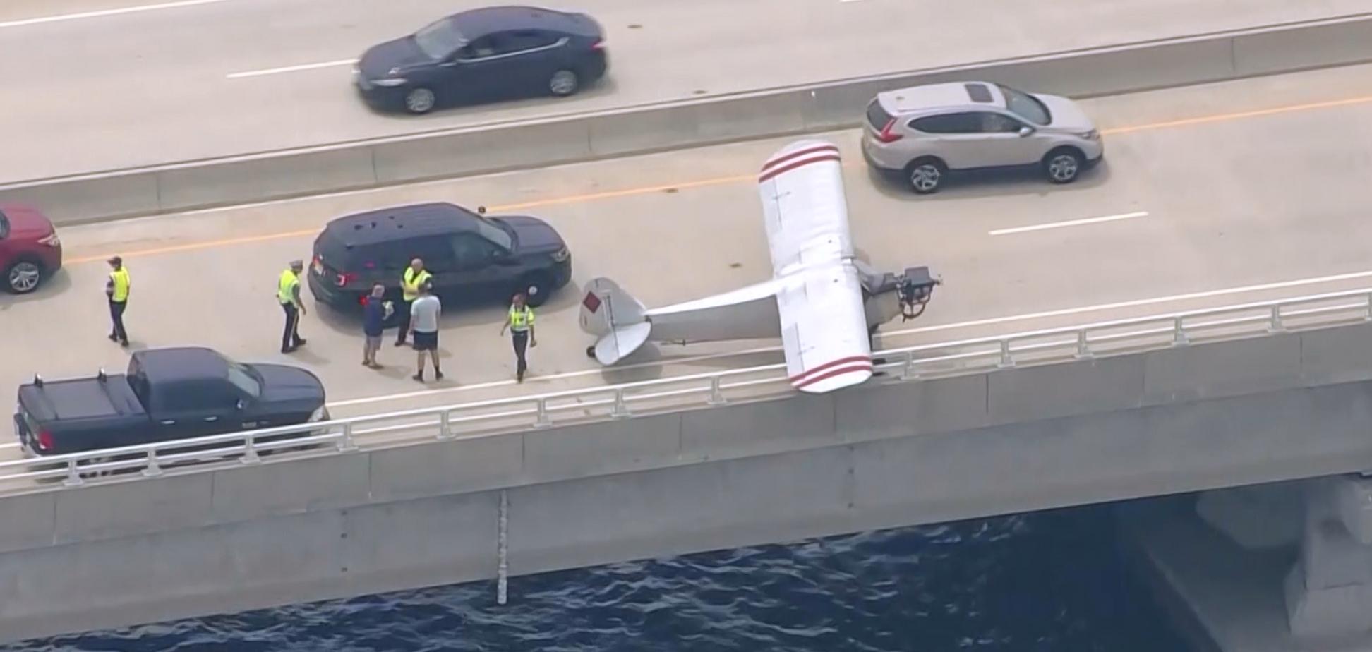 У США літак приземлився на автомобільний міст