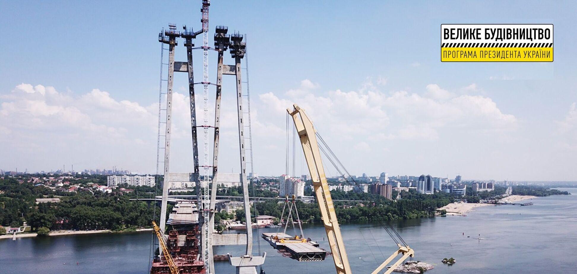 До кінця липня на 'Великому будівництві' вантового мосту в Запоріжжі змонтують усі 6 прогонових секцій