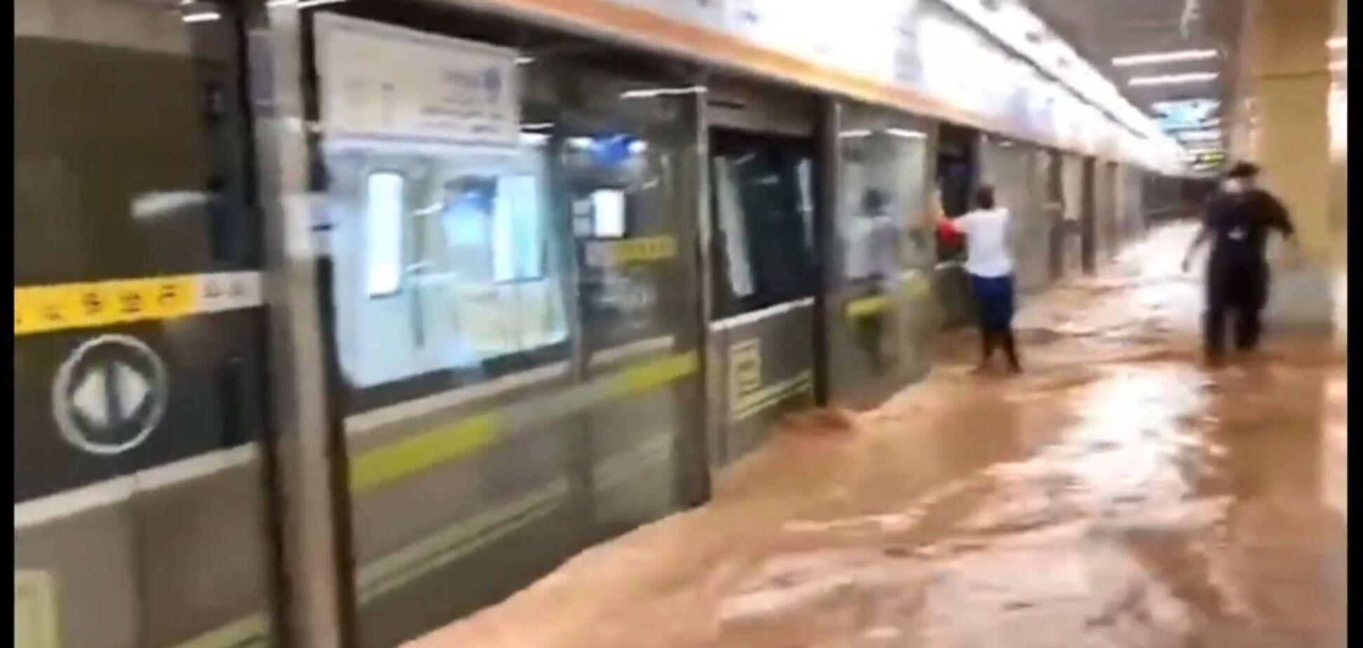 У Китаї повінь затопила метро: люди стояли по шию у воді