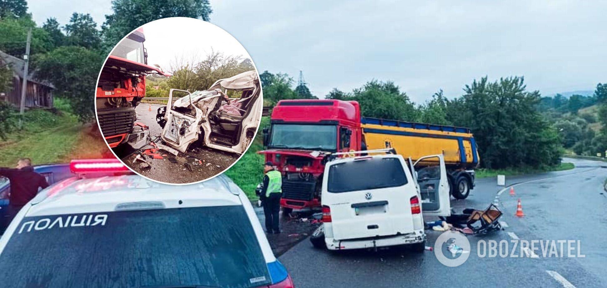На Ивано-Франковщине микроавтобус врезался в грузовик: 2 взрослых и 6 детей в больнице. Фото с места ДТП