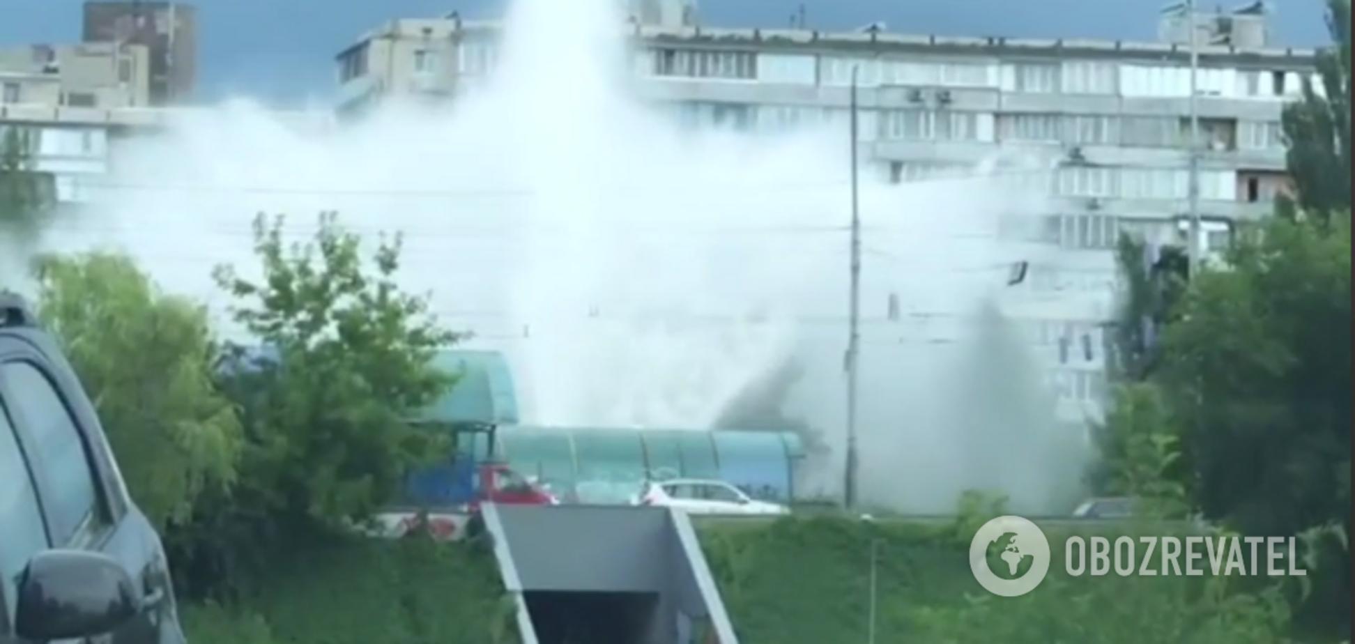 У Києві на Миколайчука з'явився новий 'фонтан'