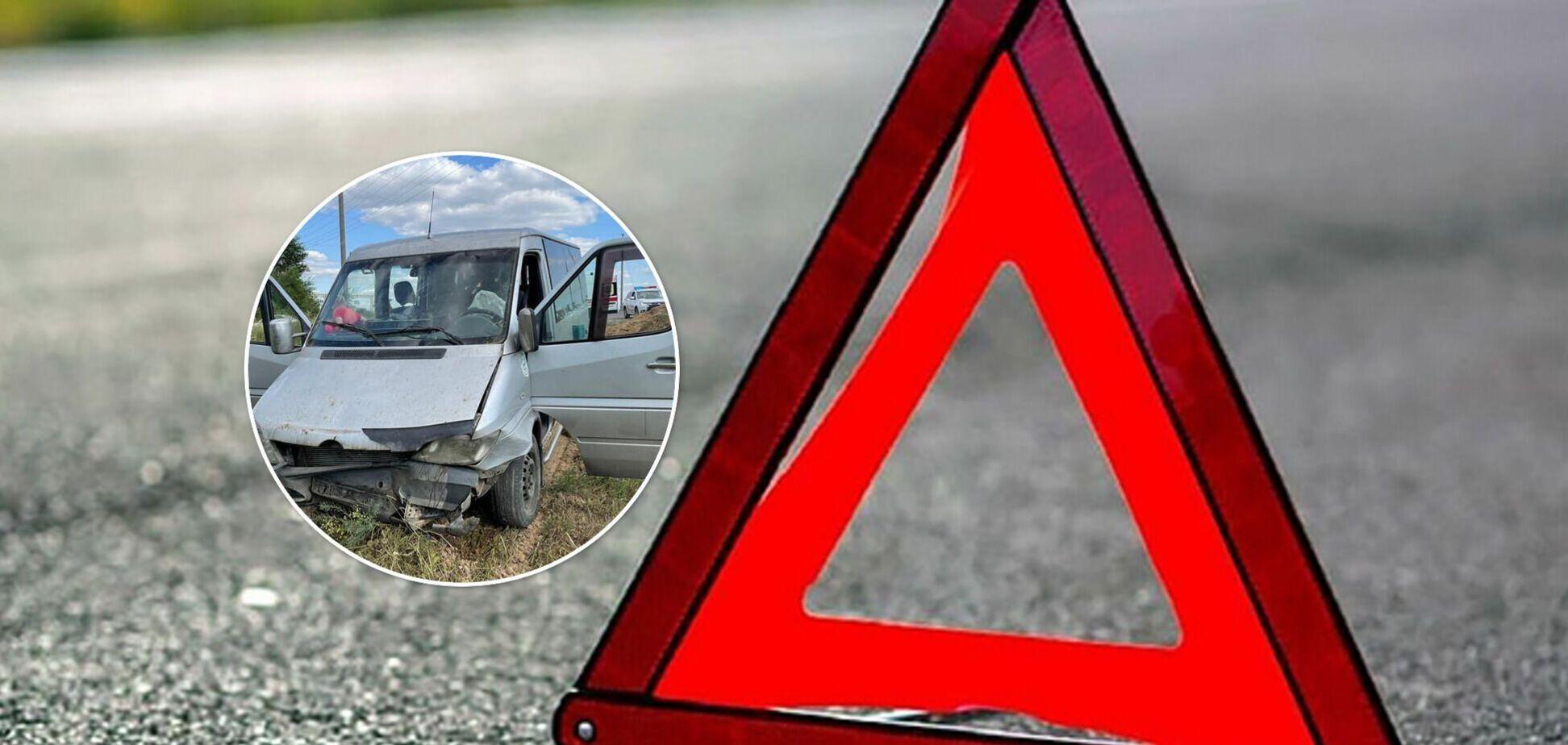 На Луганщині мікроавтобус із пасажирами злетів у кювет: постраждало 6 осіб. Фото ДТП