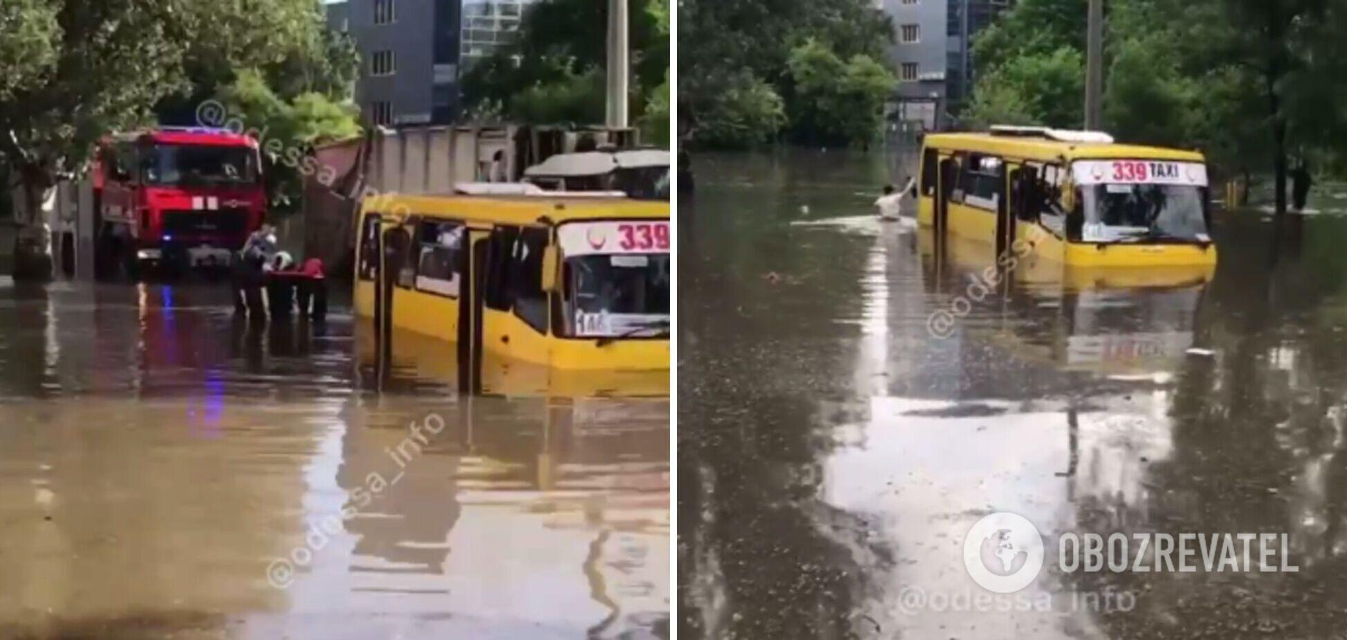 В Одесі маршрутка виявилася заблокована у воді через потоп