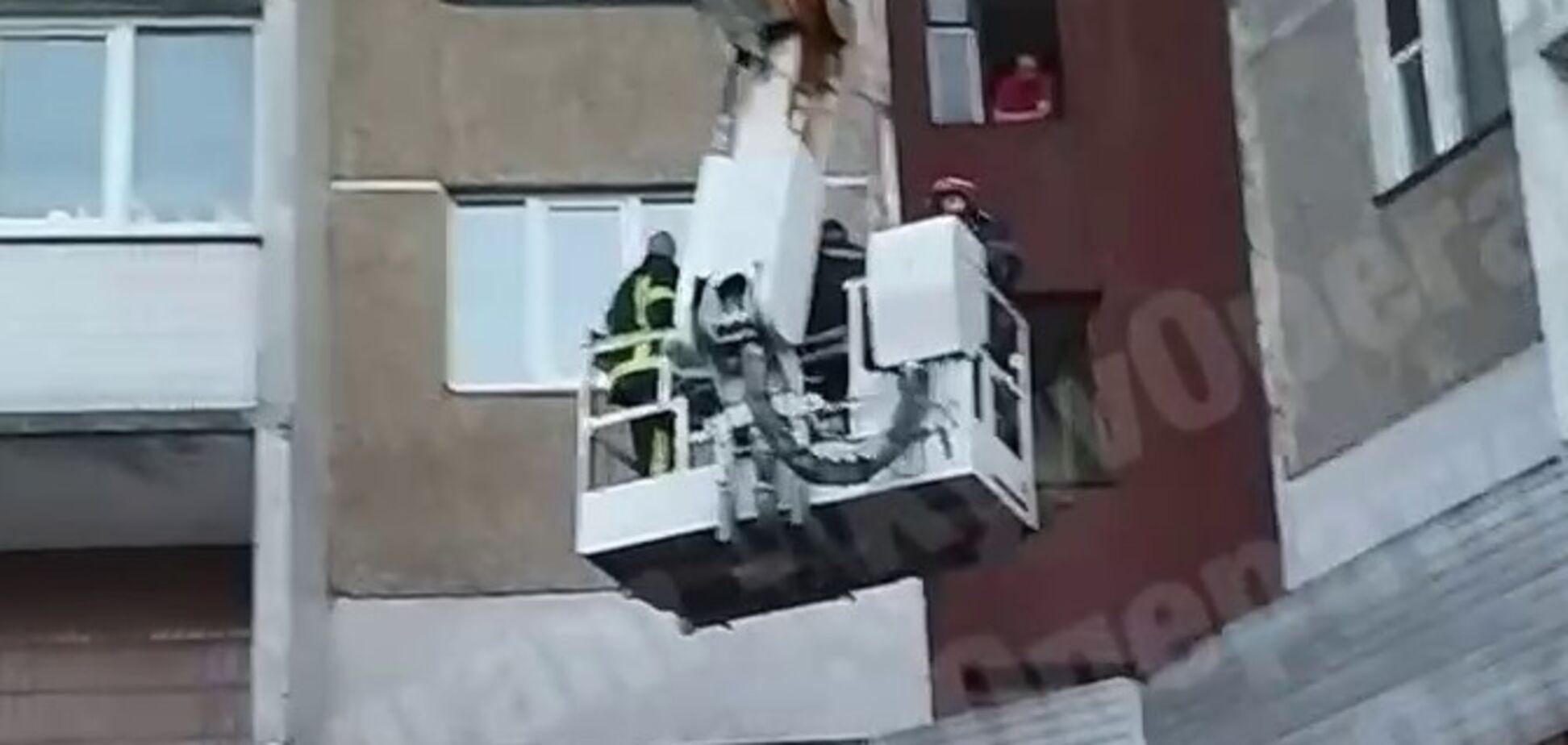 Вистрибнув з п'ятого поверху та відбивався від рятувальників