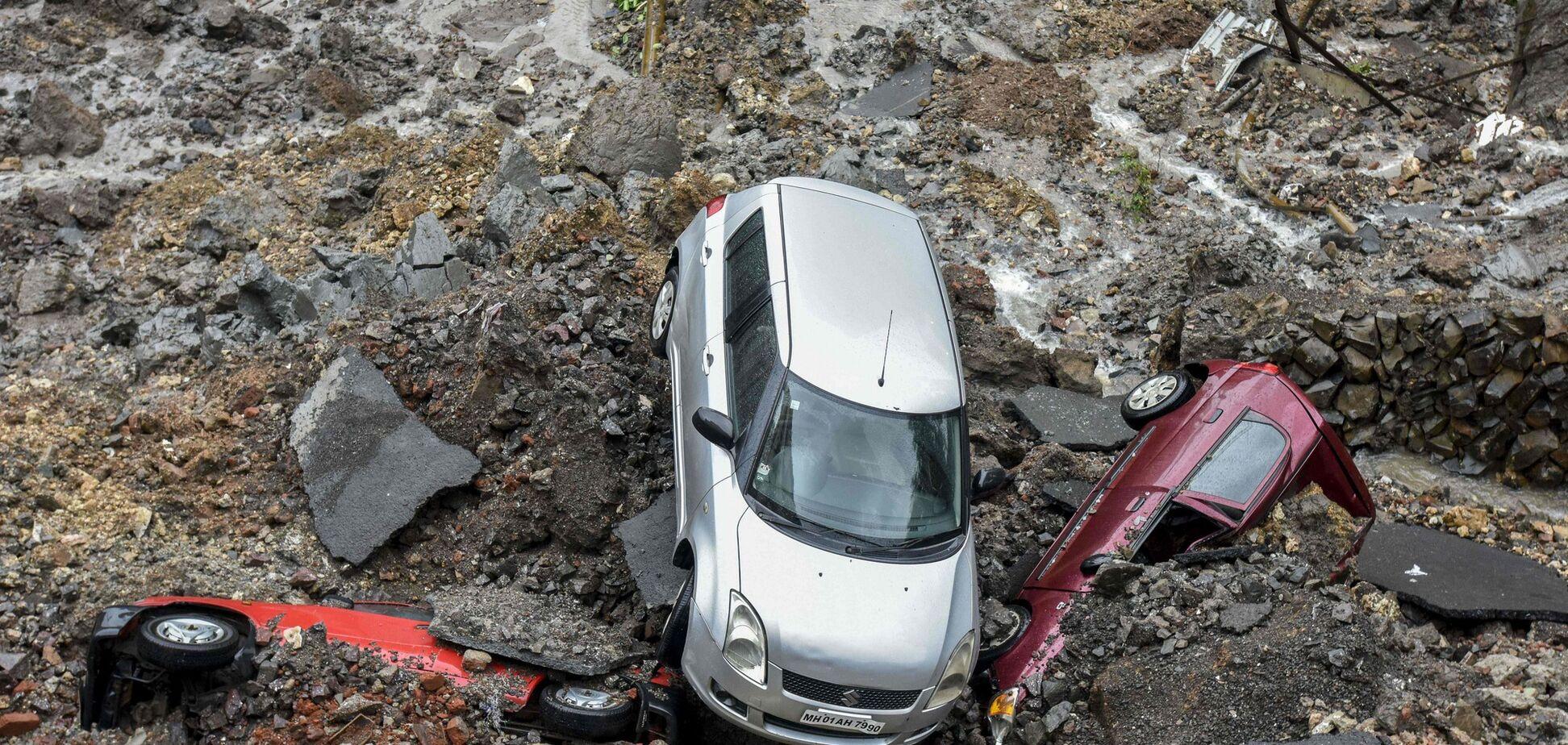 В Індії потужний каменепад зніс міст через річку, загинули 9 осіб. Відео