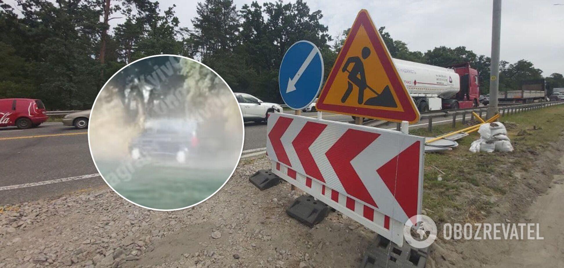 Проезжая по бездорожью автомобили поднимают тучи пыли
