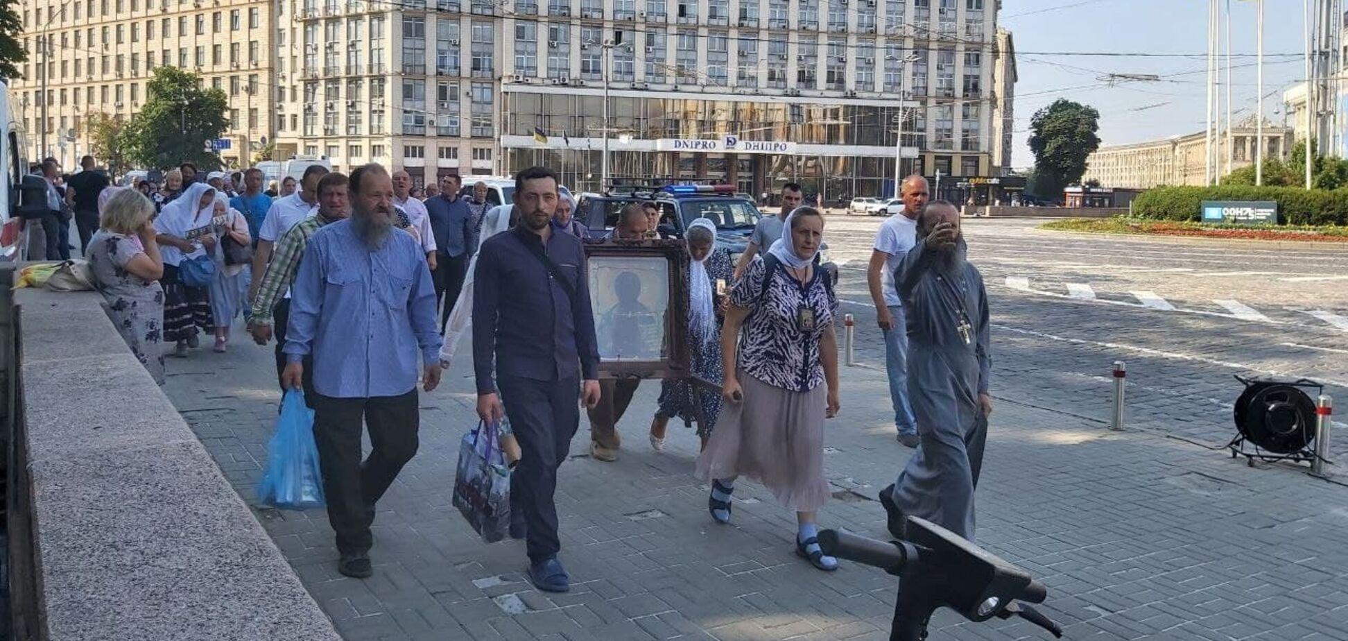 Віруючі УПЦ МП йдуть до Володимирської гірки