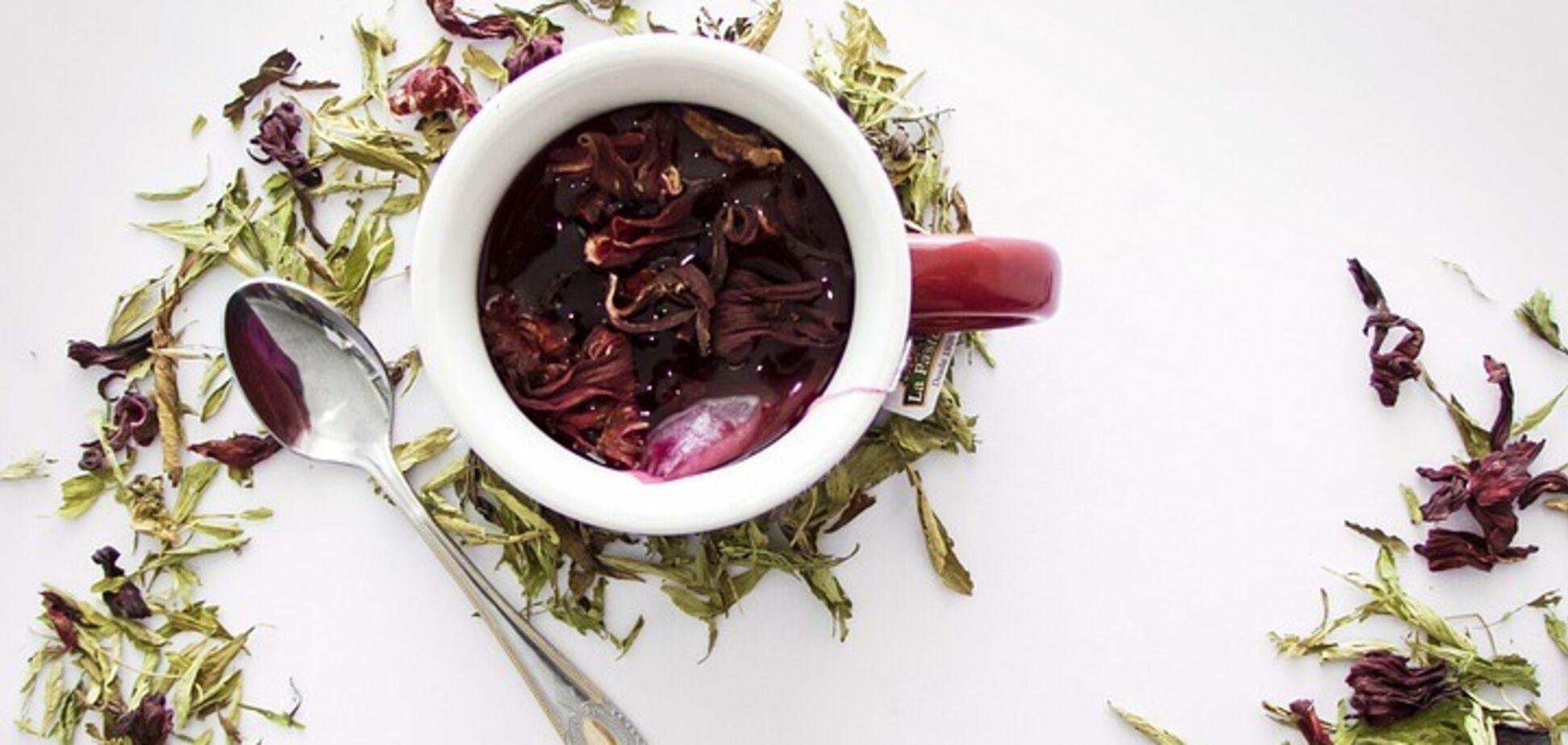 Гібіскус часто додають у трав'яні чаї в суміші з іншими компонентами