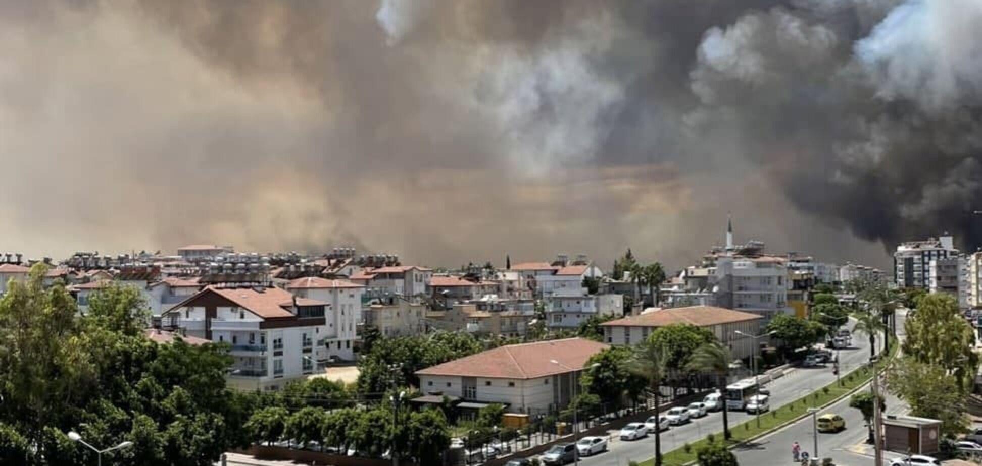 Лісові пожежі в Туреччині підібралися до курортних міст