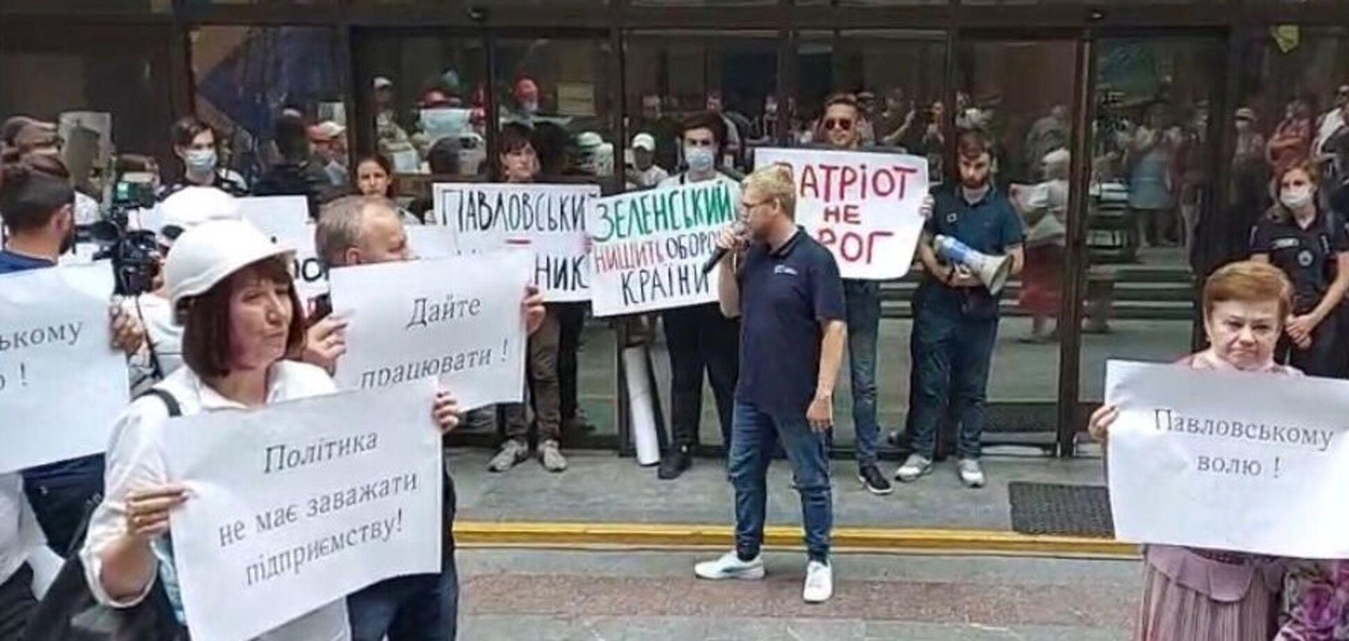 Українські патріоти, політики і небайдужі громадяни вимагають припинити безпідставне судилище над бойовим генералом Павловським