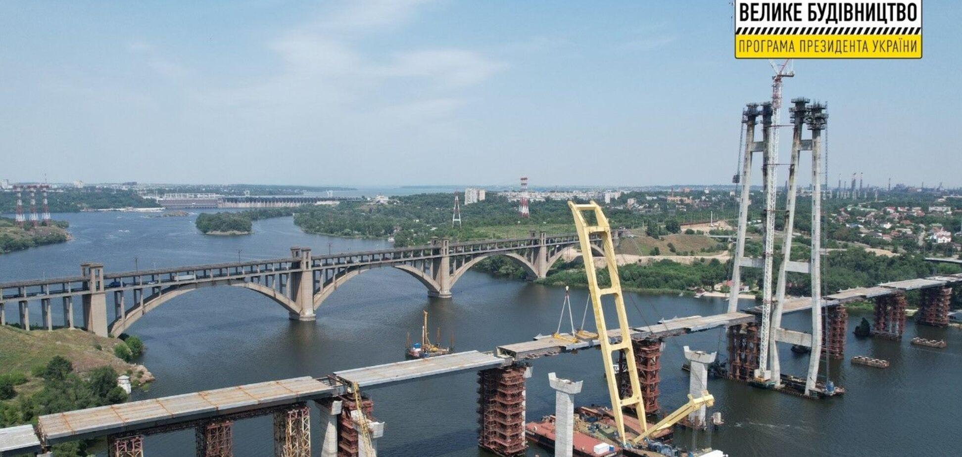 Хортицу соединили с левым берегом Запорожья, установив последнюю секцию вантового моста