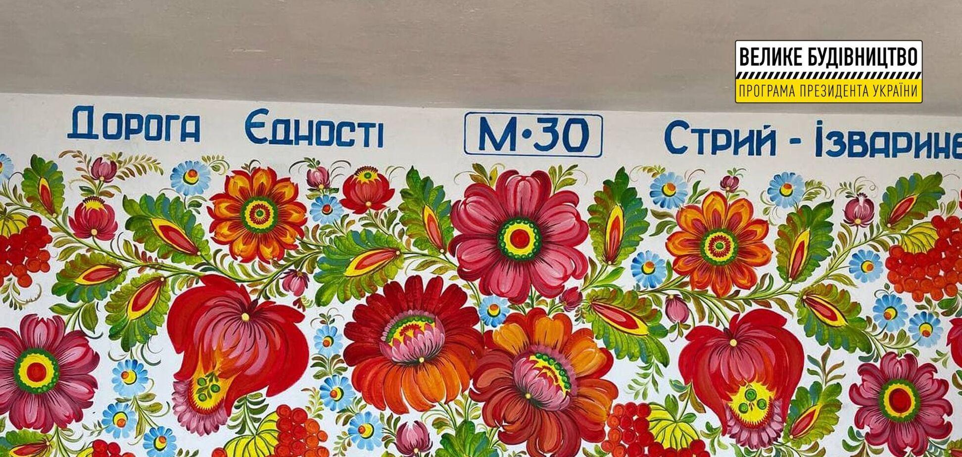 'Большая стройка': остановки на Дороге единства на Днепропетровщине украшают Петриковской росписью