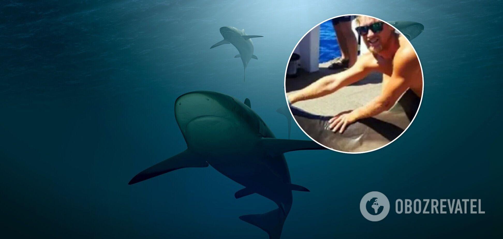 Мужчина прыгнул акуле на спину