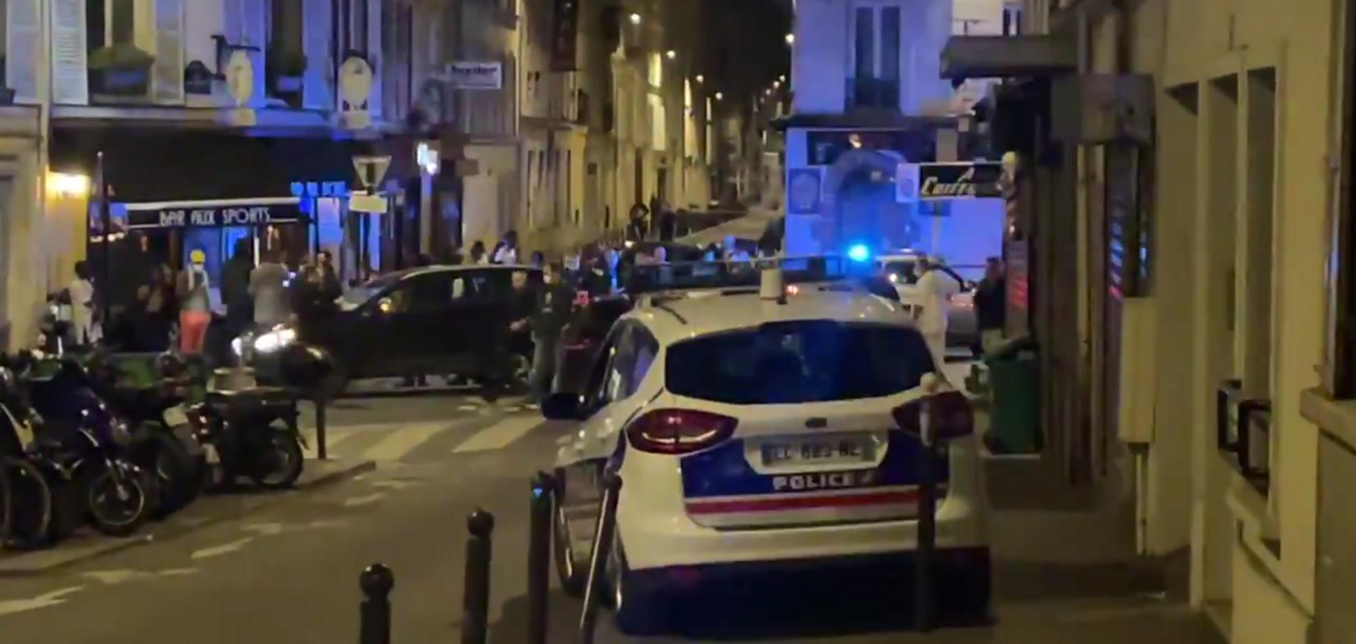 У Парижі авто врізалося в бар, є загиблий і постраждалі