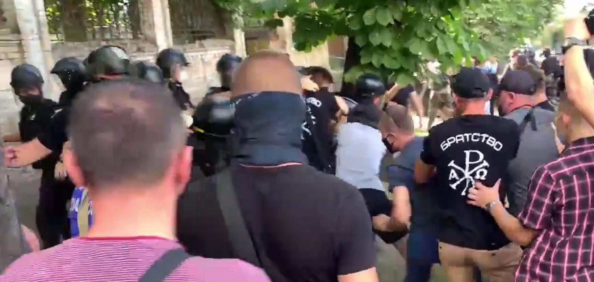В Киеве на Банковой произошли столкновения