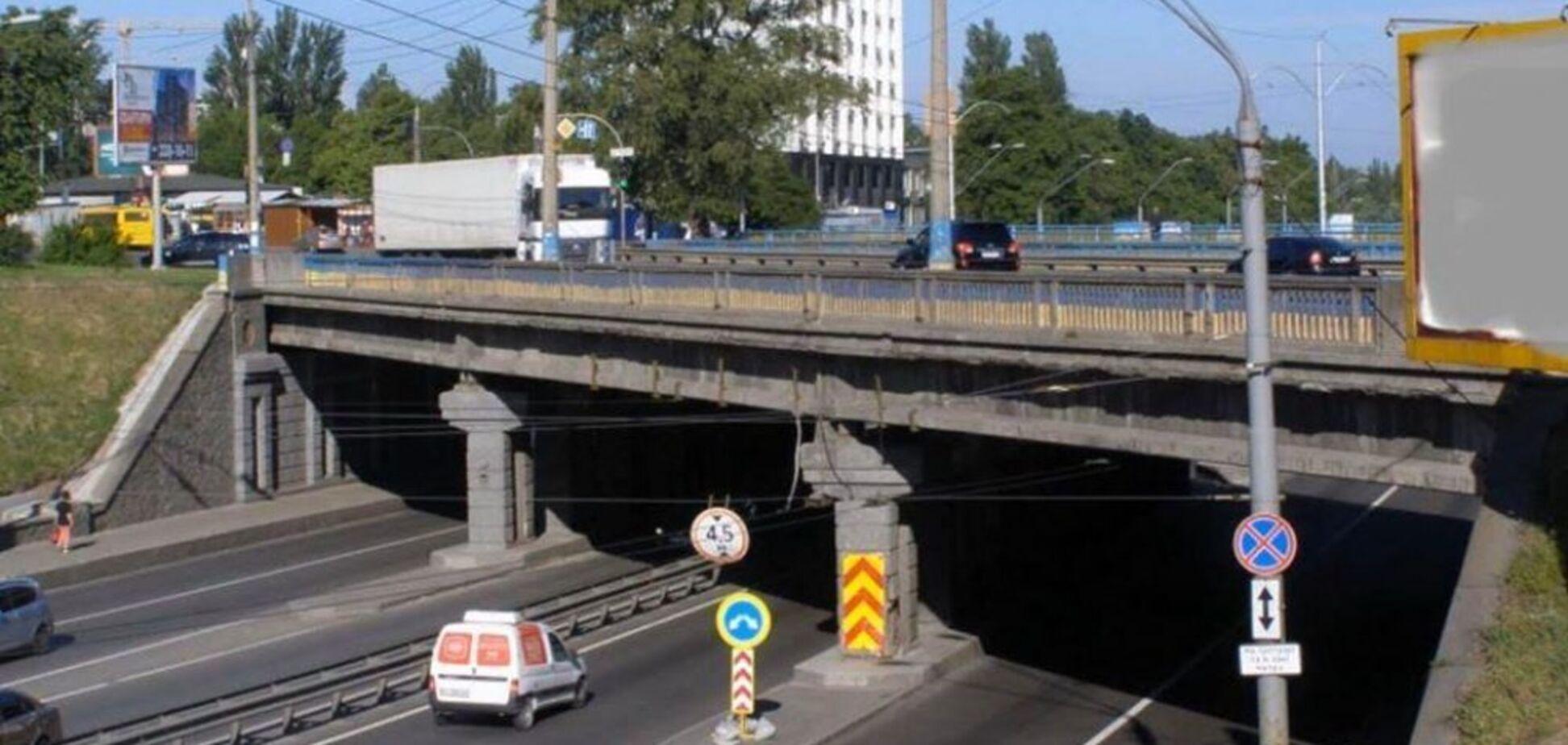 В Киеве бетонная глыба с Берестейского моста рухнула на авто: причина ЧП и рассказ очевидца. Видео