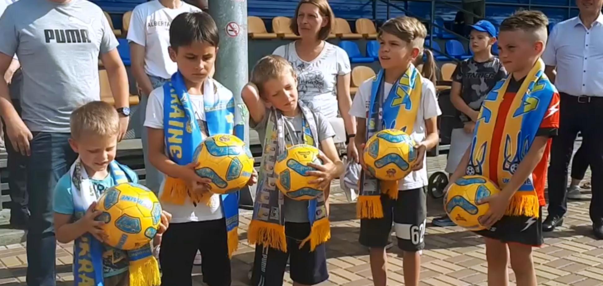 У Києві нагородили дітей, які співали Гімн України перед футбольним матчем