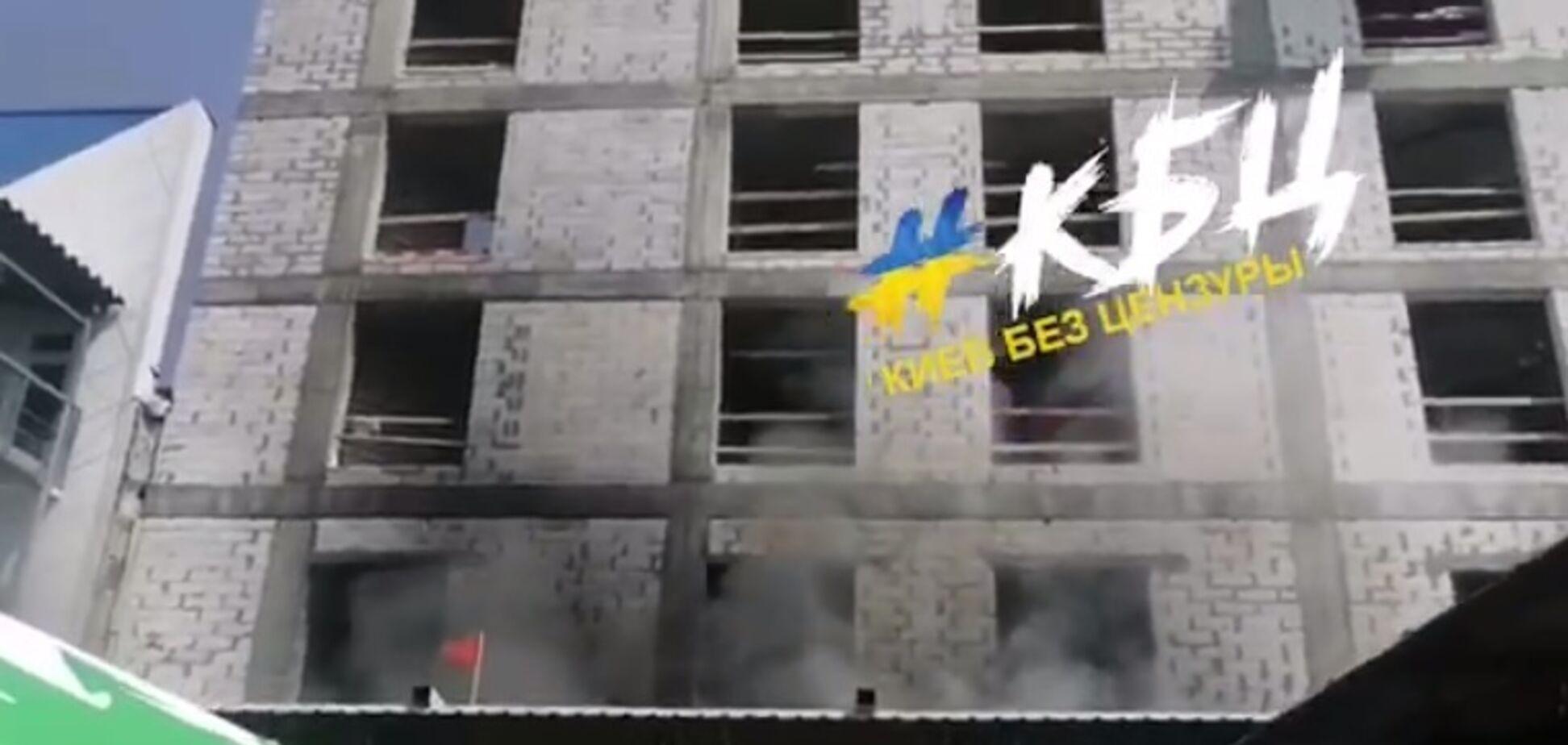 Біля ТРЦ в Києві загорілася будівля