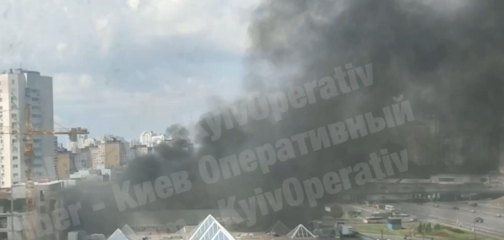 Пожежа біля ТРЦ в Києві