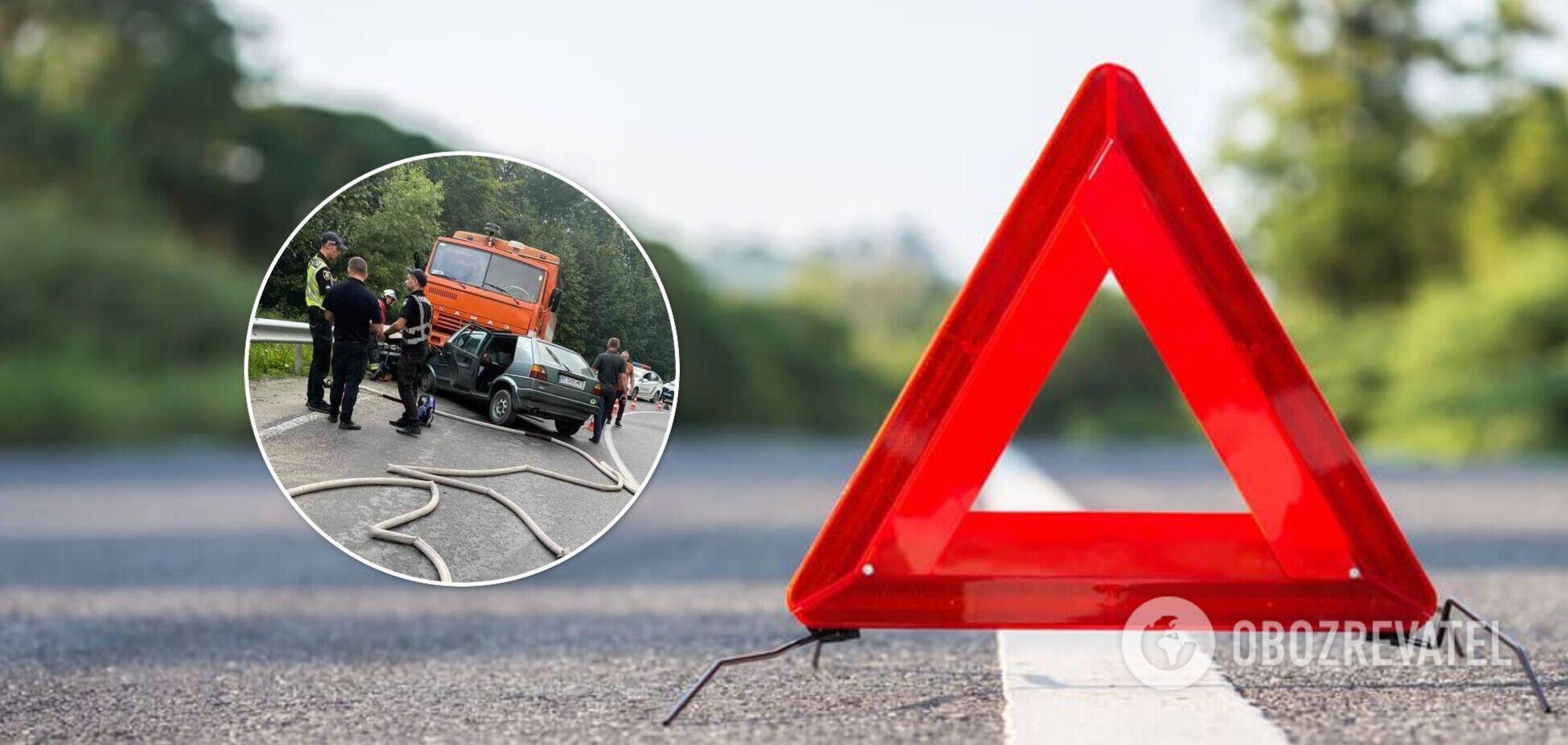 На Львівщині авто на швидкості влетіло у вантажівку, дві людини загинули на місці. Фото