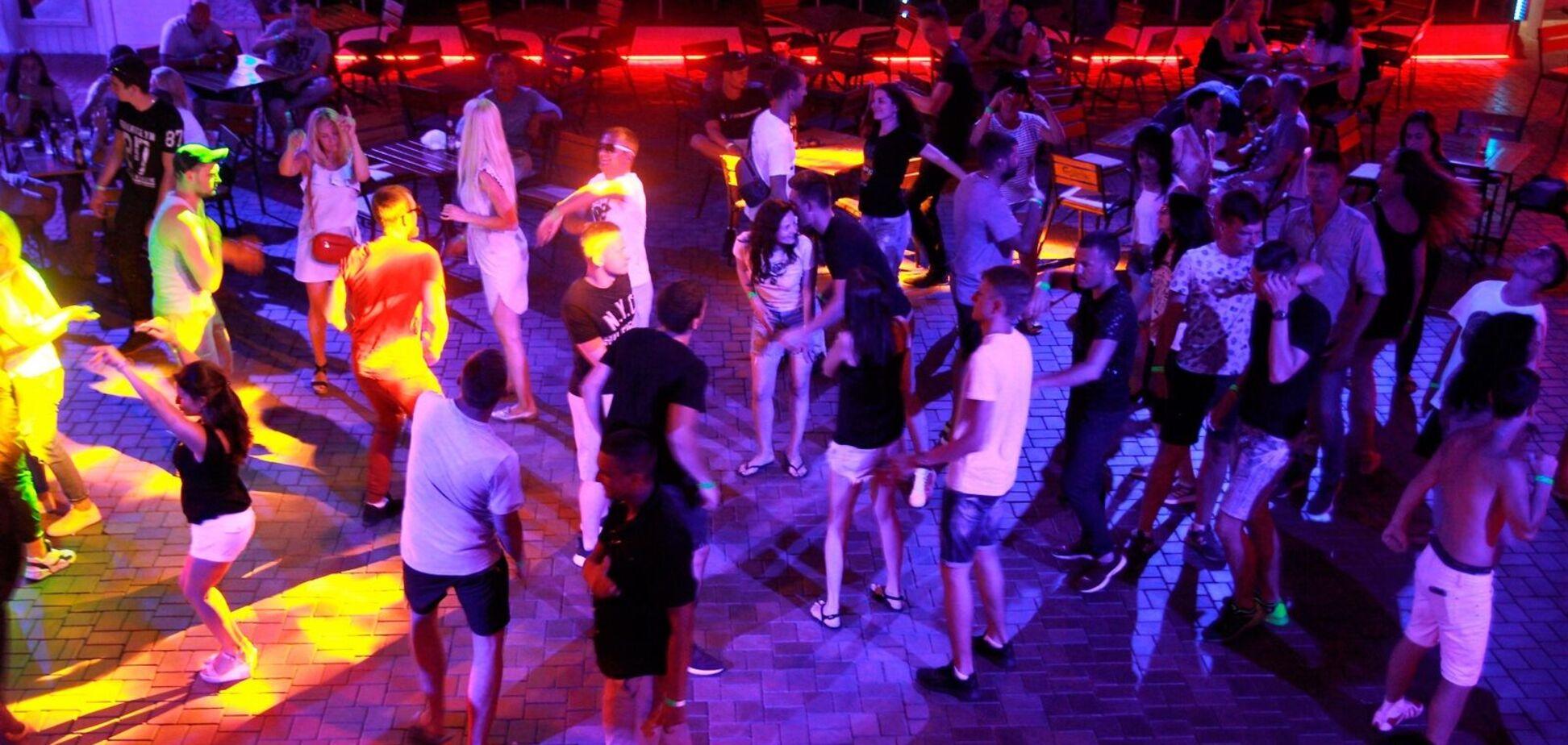 В Кирилловке отдыхающие устроили оргию в конкурсе на самый сексуальный танец. Фото 18+
