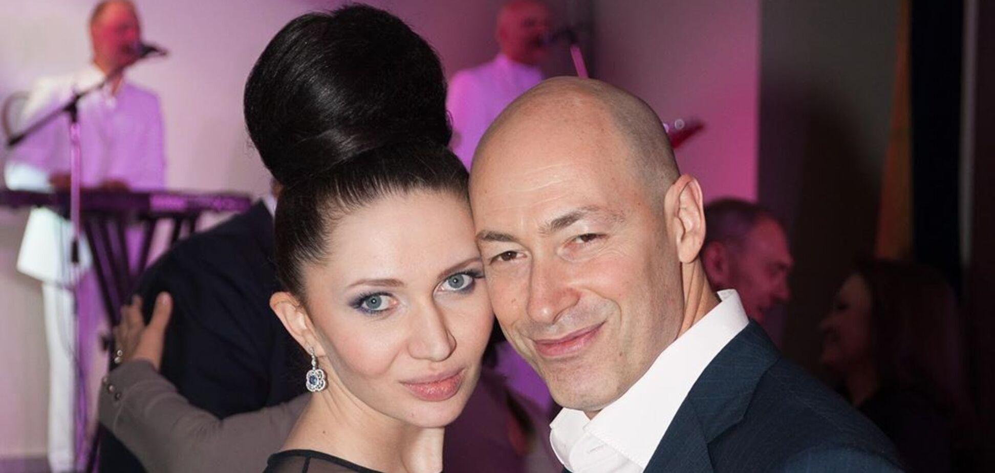 Дмитрий Гордон засветил голый торс и похвастался отдыхом с женой в бикини. Фото
