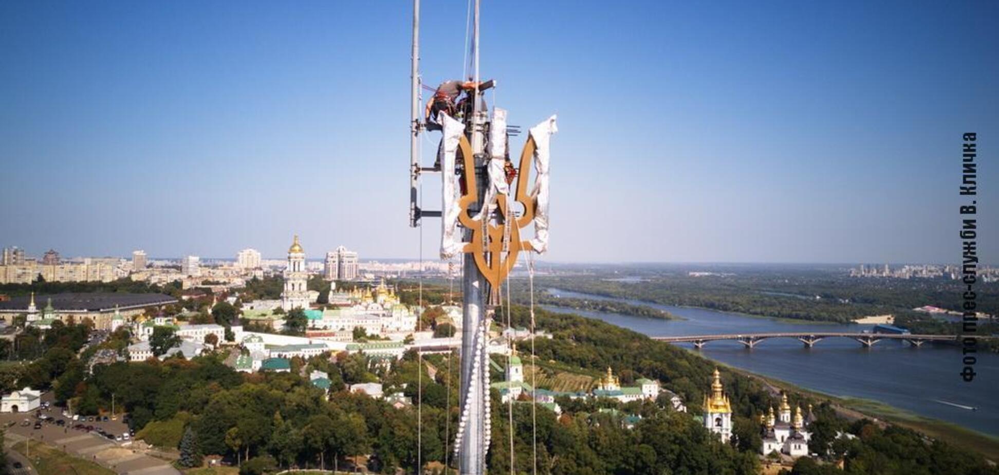 У Києві встановили новий тризуб на флагштоку найбільшого прапора України
