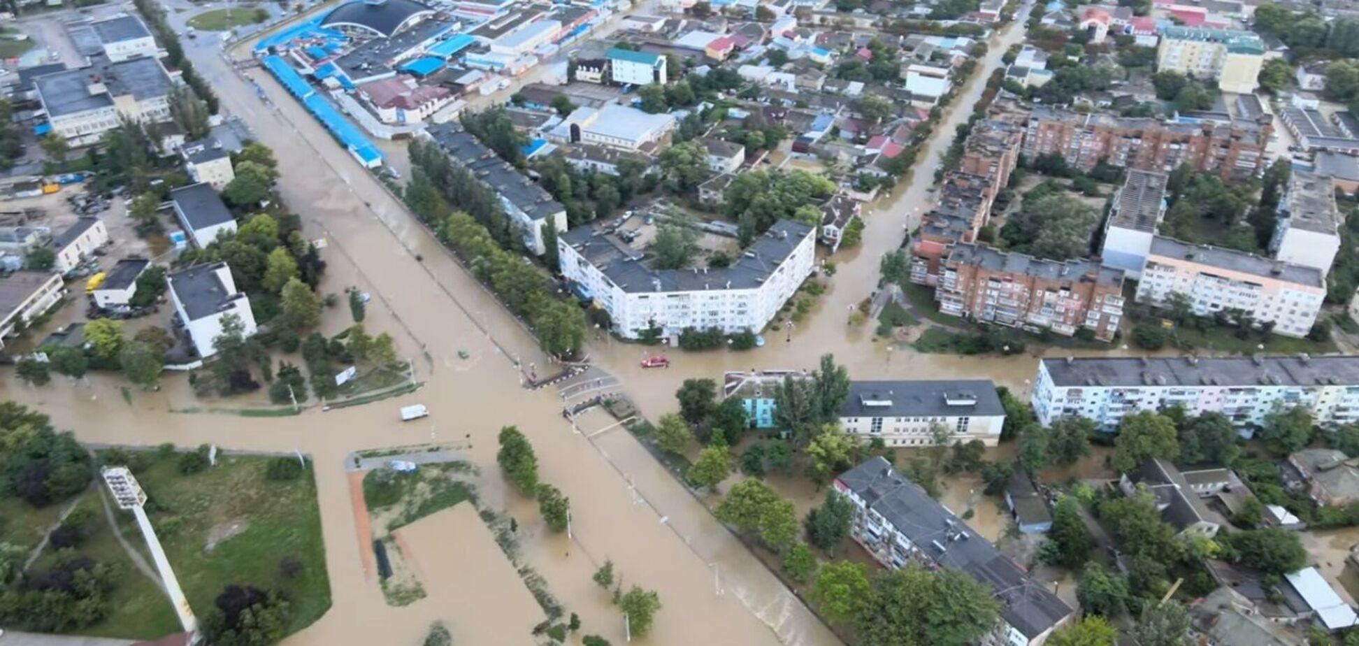 Керчь этой ночью снова ушла под воду. Плавают машины, затоплены дома, улицы, дороги. Часть города накрыл блэкаут