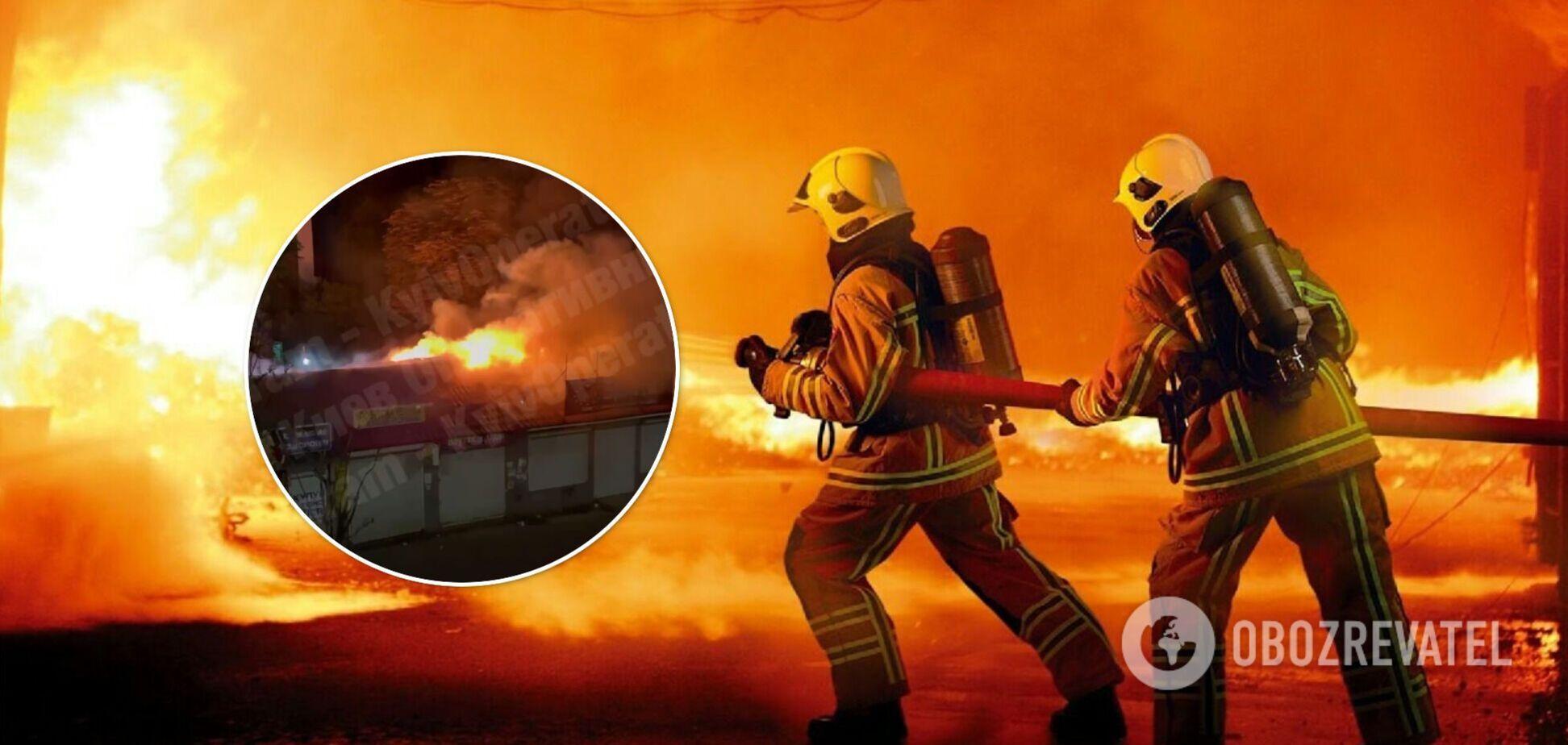 В Киеве возле метро загорелись МАФы. Фото и видео