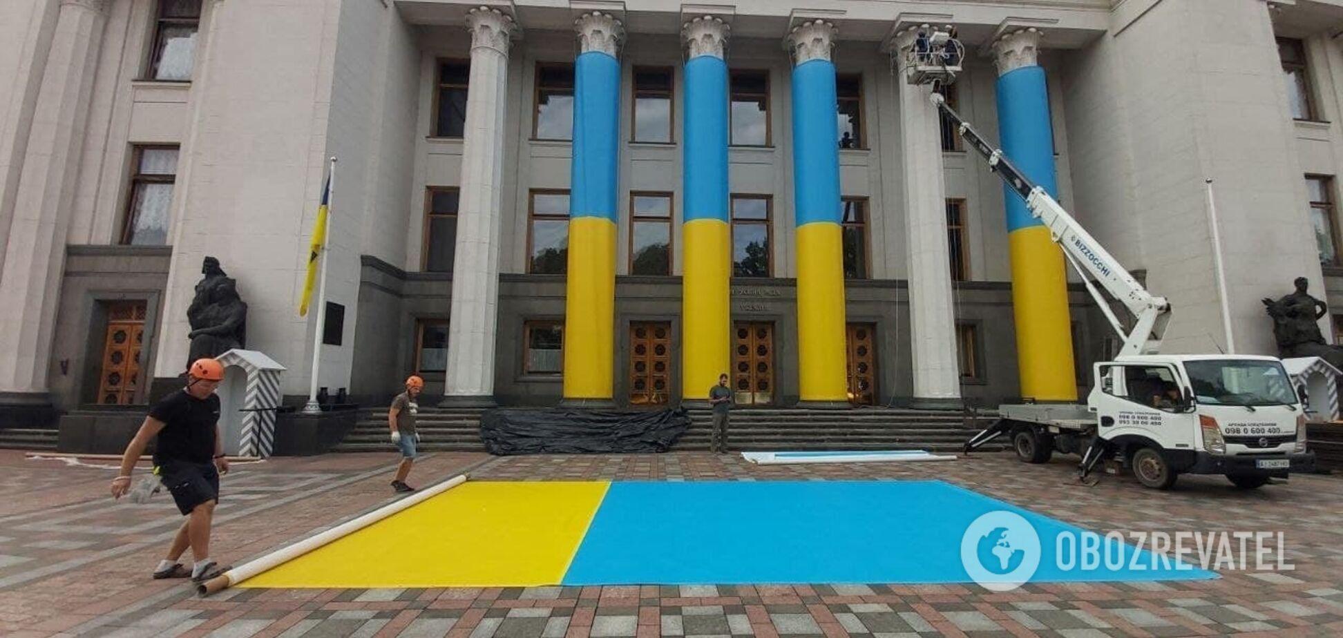 Здание Верховной Рады украсили в цветах Государственного Флага. Эксклюзивные фото