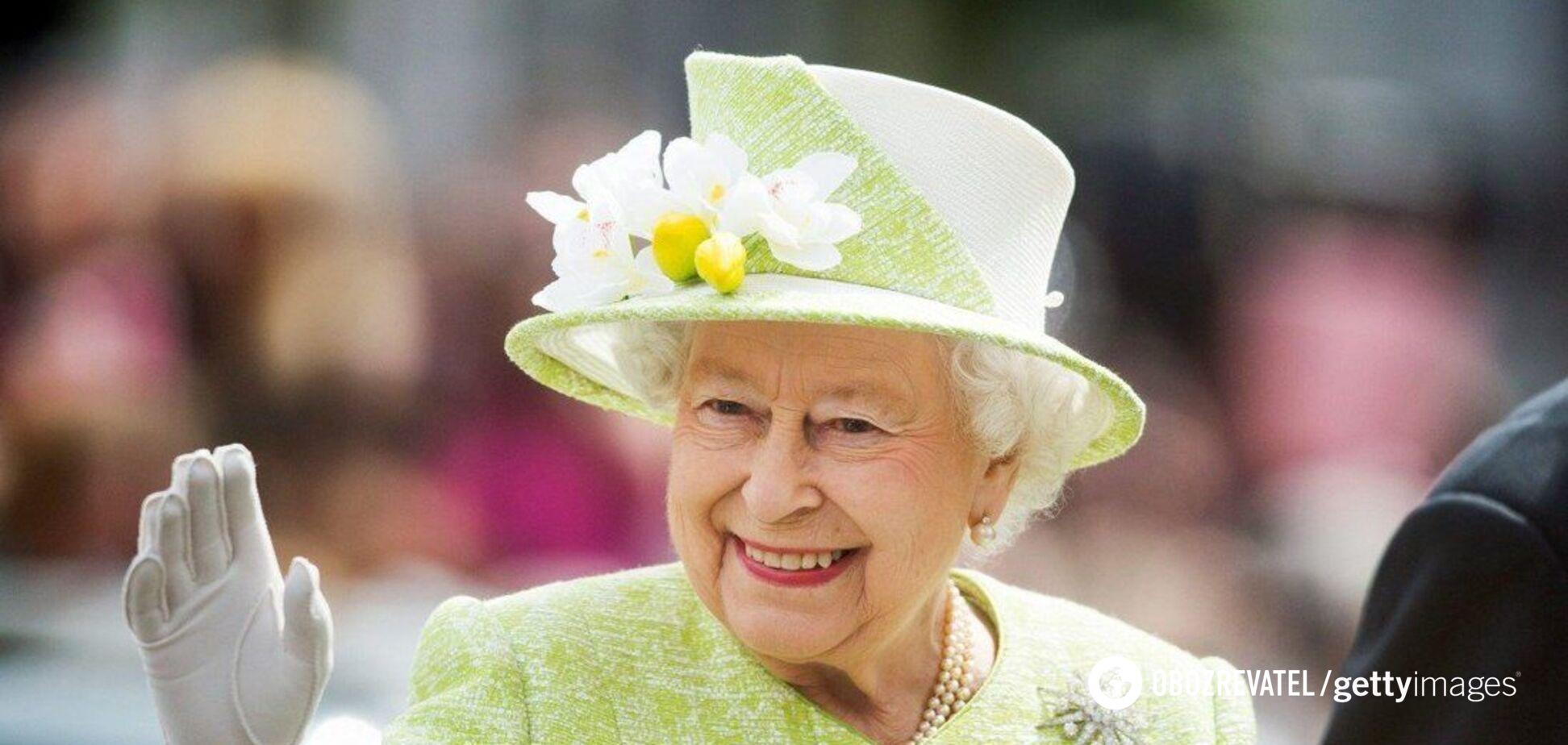 Елизавету II в платке и очках на отдыхе не узнали туристы. Фото