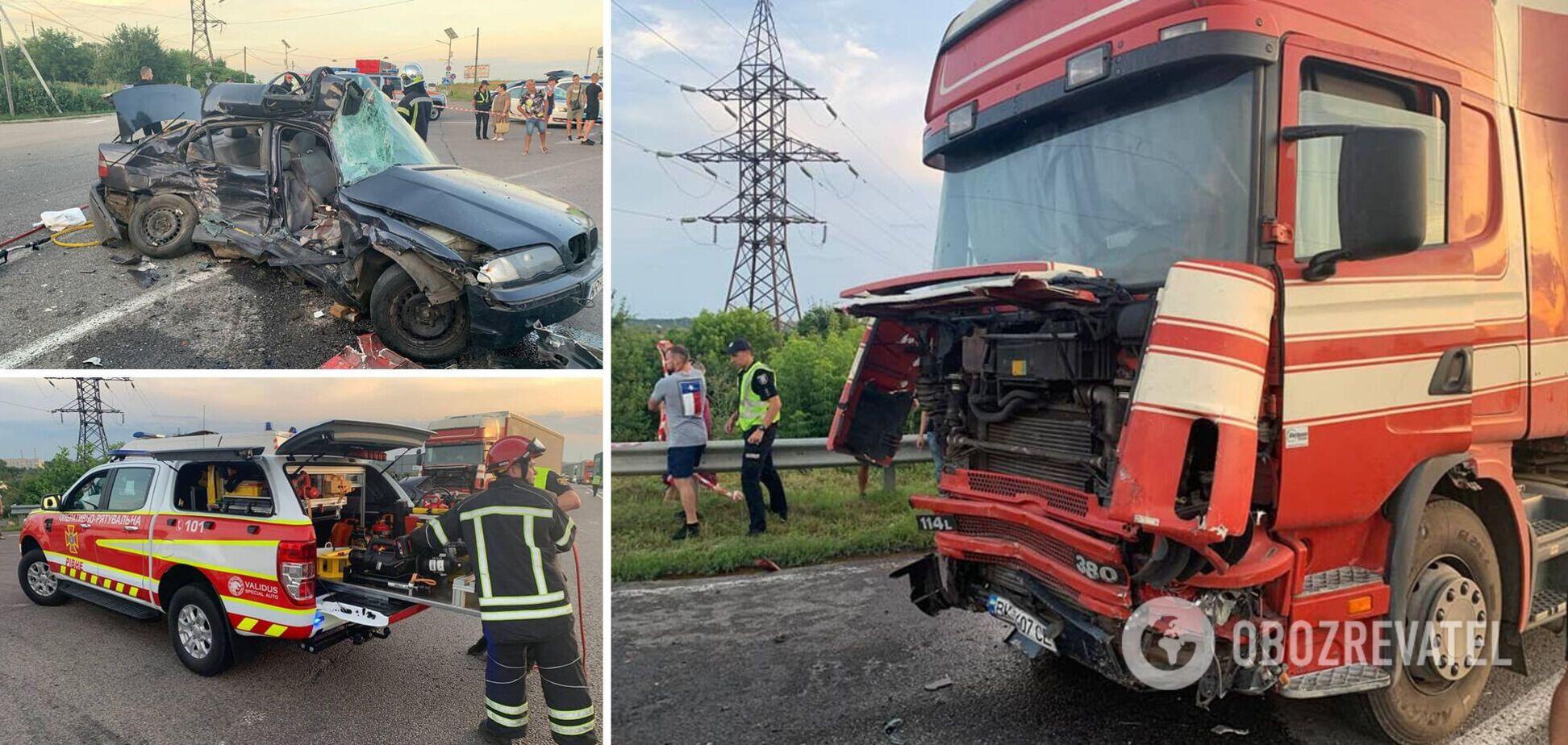 Під Рівним BMW зіткнувся з вантажівкою: пасажирка загинула, водій у лікарні. Фото і відео