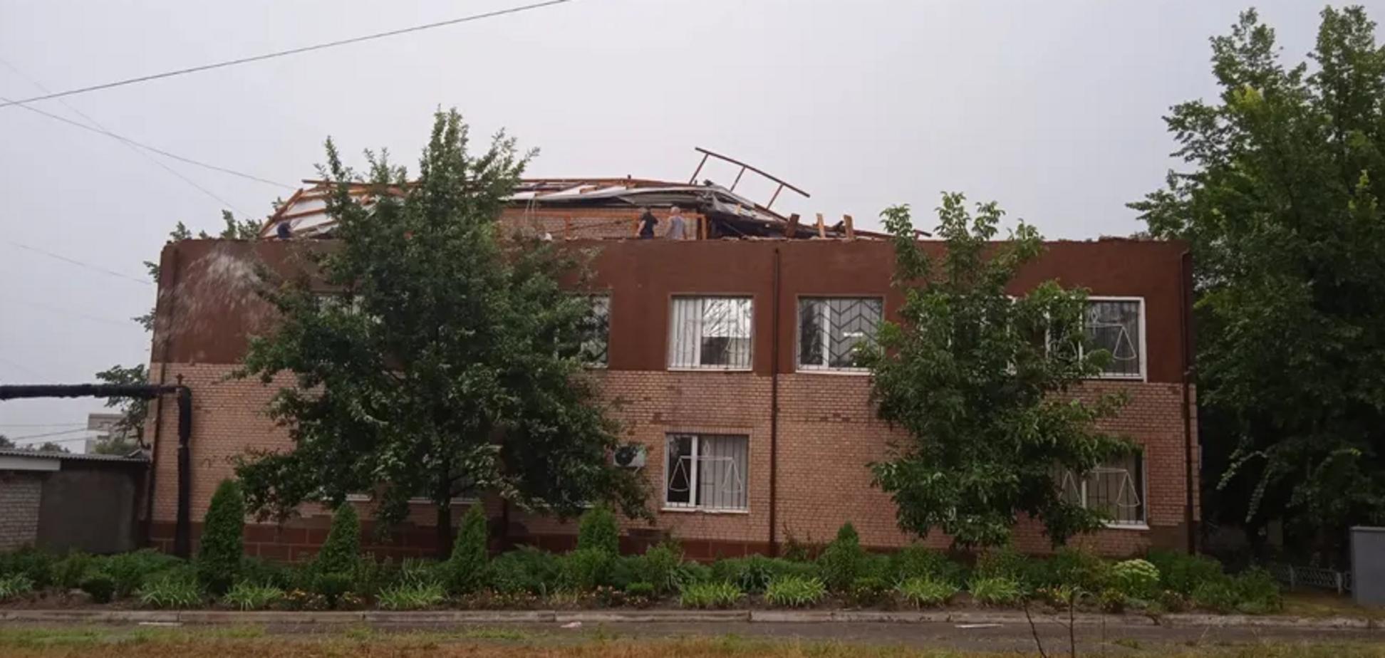 У Первомайську з будівлі суду зірвало дах