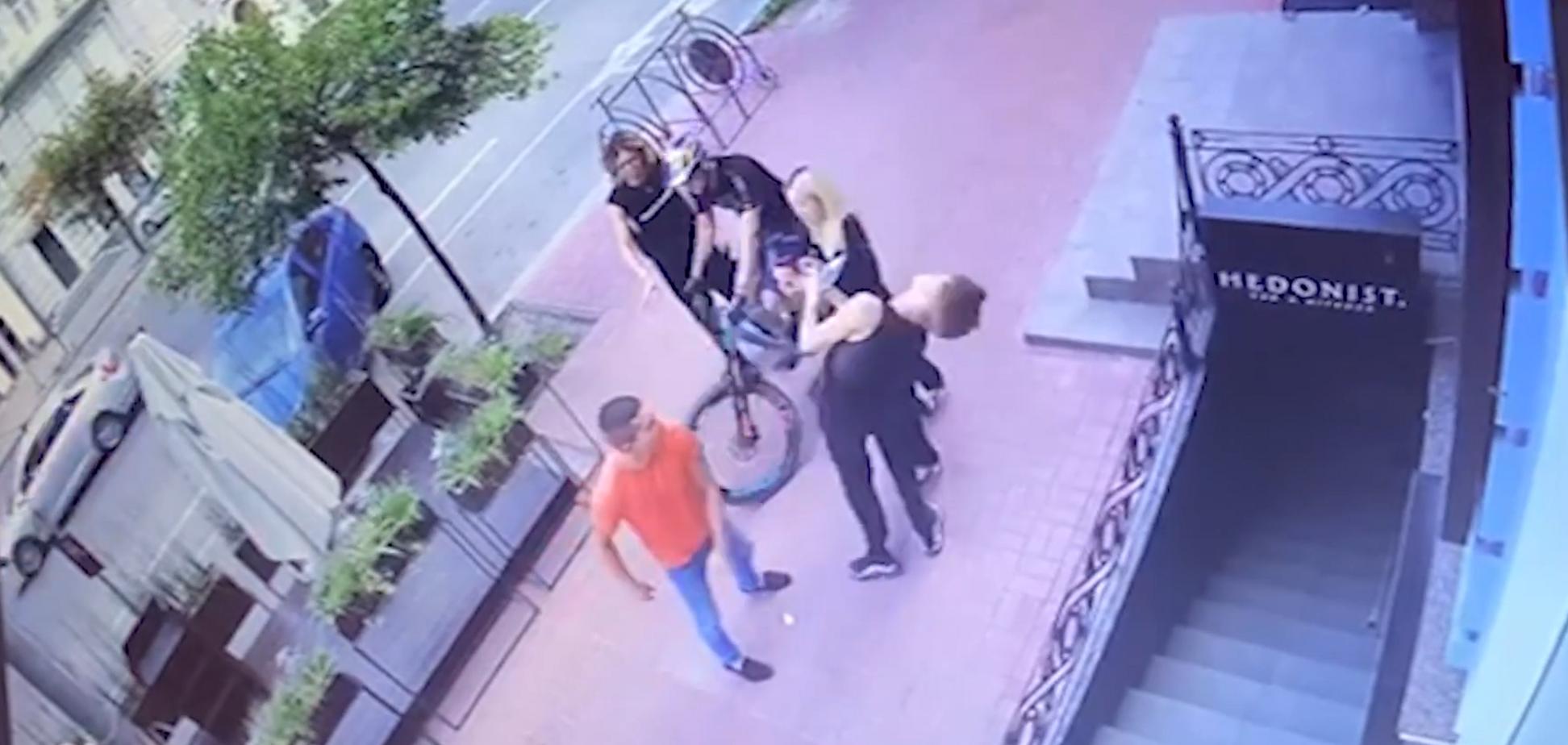Відео нападу біля гей-клубу в Києві: співробітник УДО побив танцюриста